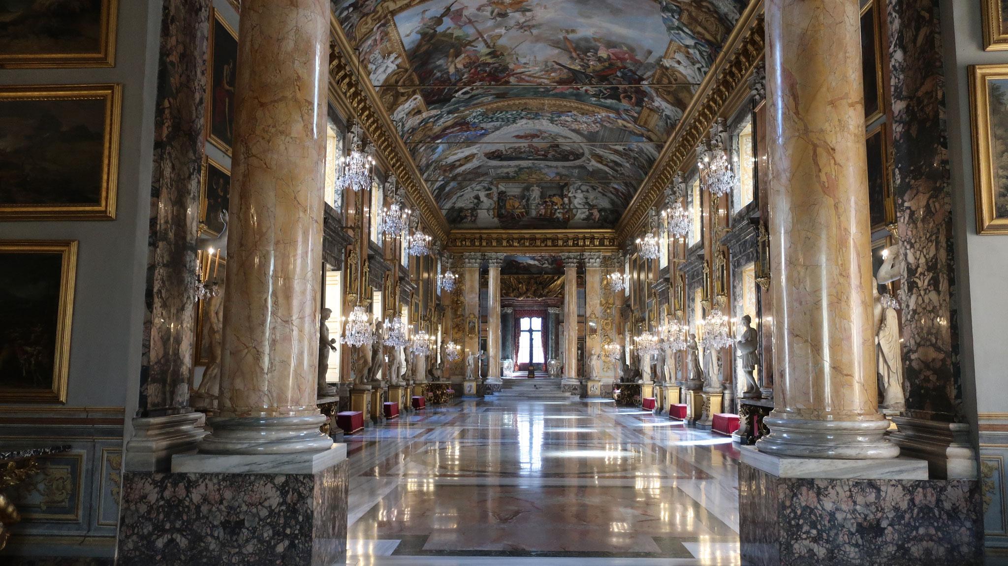 映画「ローマの休日」のラスト、アン王女(オードリー・ヘップバーン)記者会見の会場です。