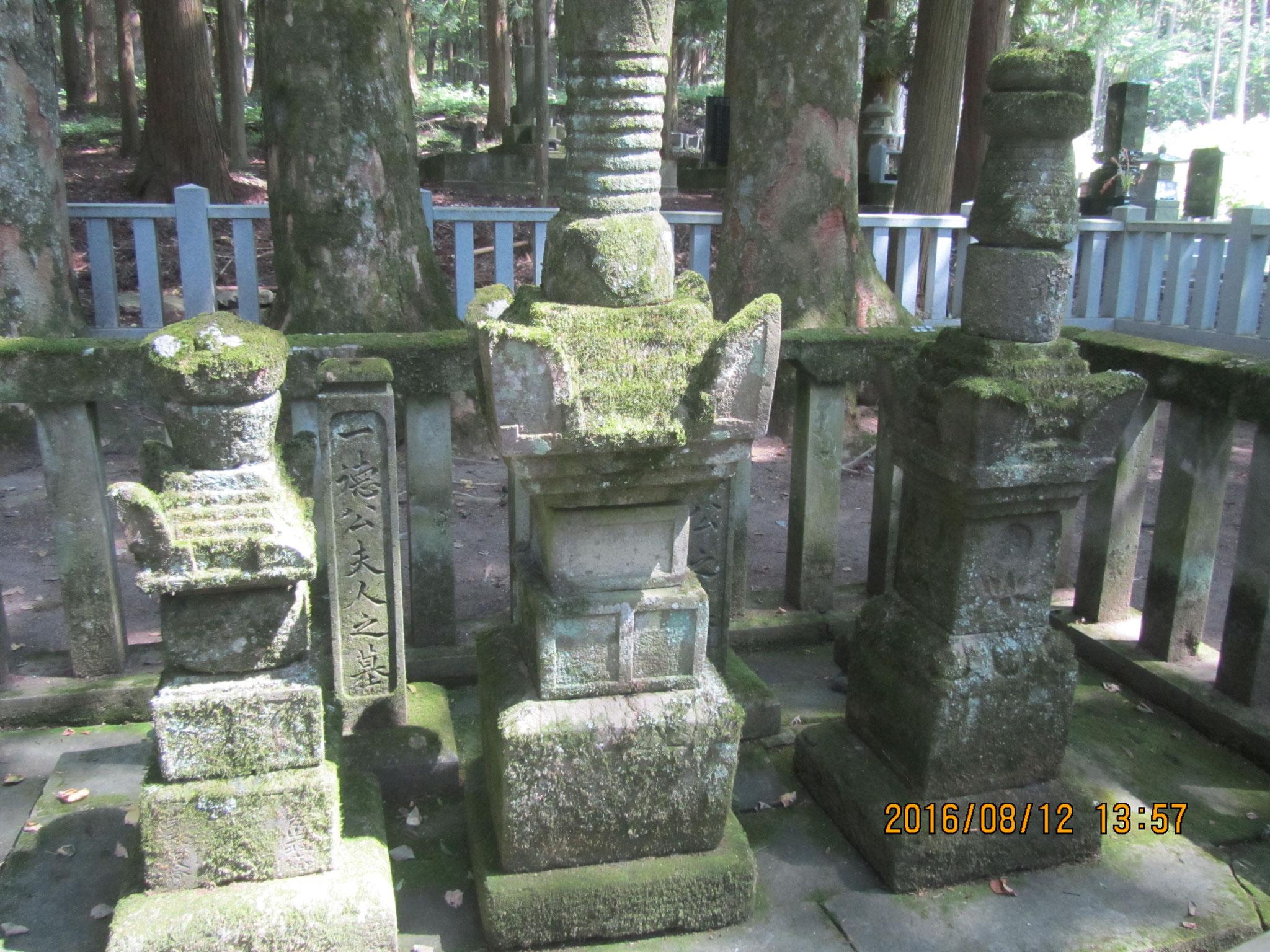 長谷寺内にたたずむ、真田昌幸、幸隆夫妻(右から順に)の墓。
