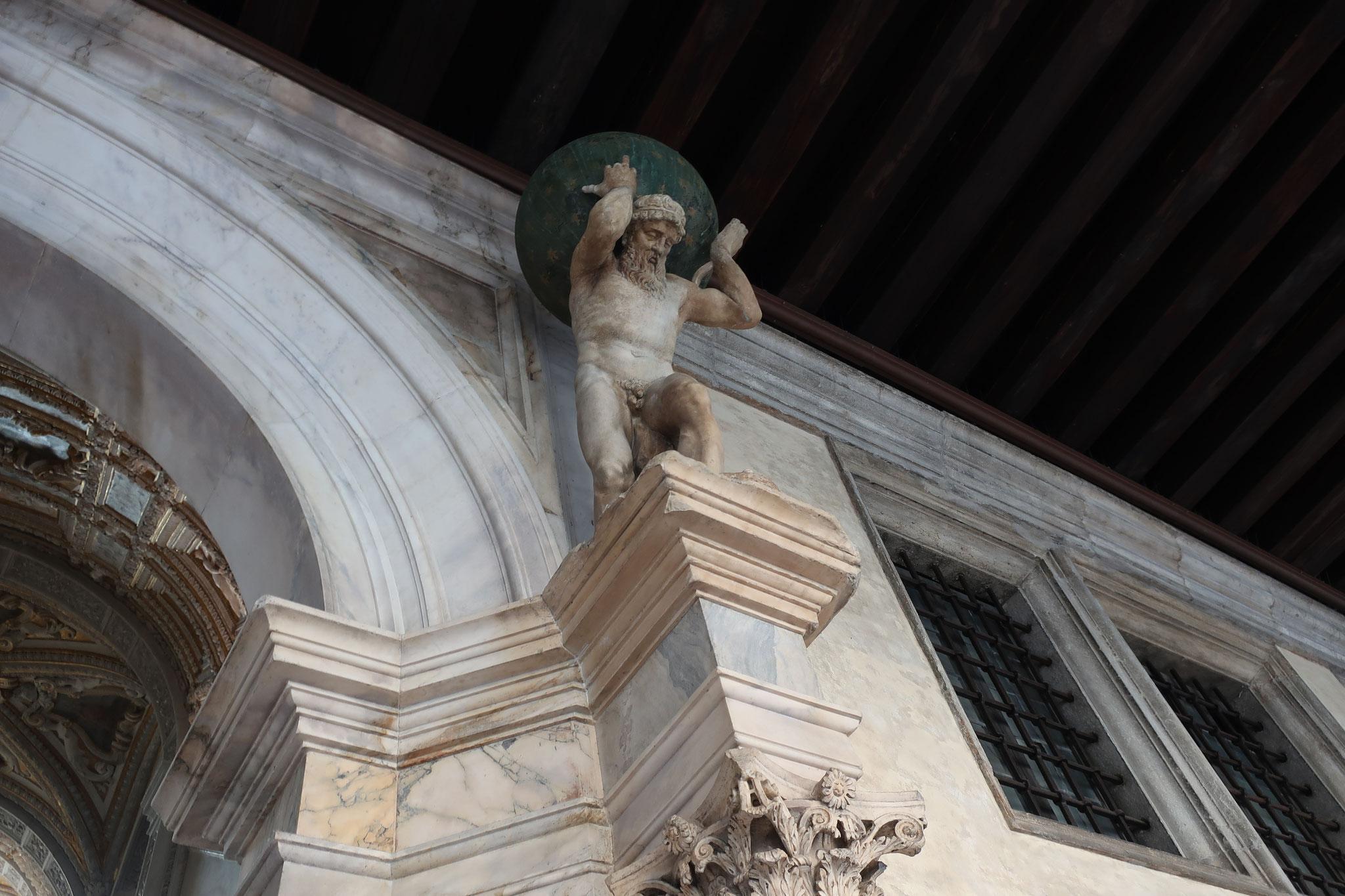 ギリシャ神話のアトラス。ゼウスの命令により、両腕と頭で天を支えました。このため、頭蓋を支える第1頚椎はアトラスと呼ばれます。