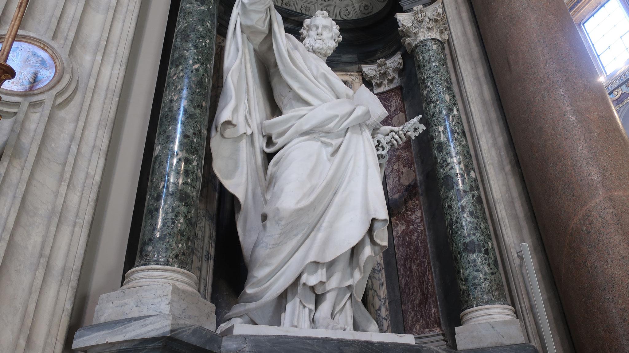 聖ペテロ。ペテロとは「石、岩」を意味します。彼は、キリストから「あなたは岩である。私はこの岩の上に教会を建て、あなたに天国の鍵を授ける」と言われました。だから、手に鍵を持っています。