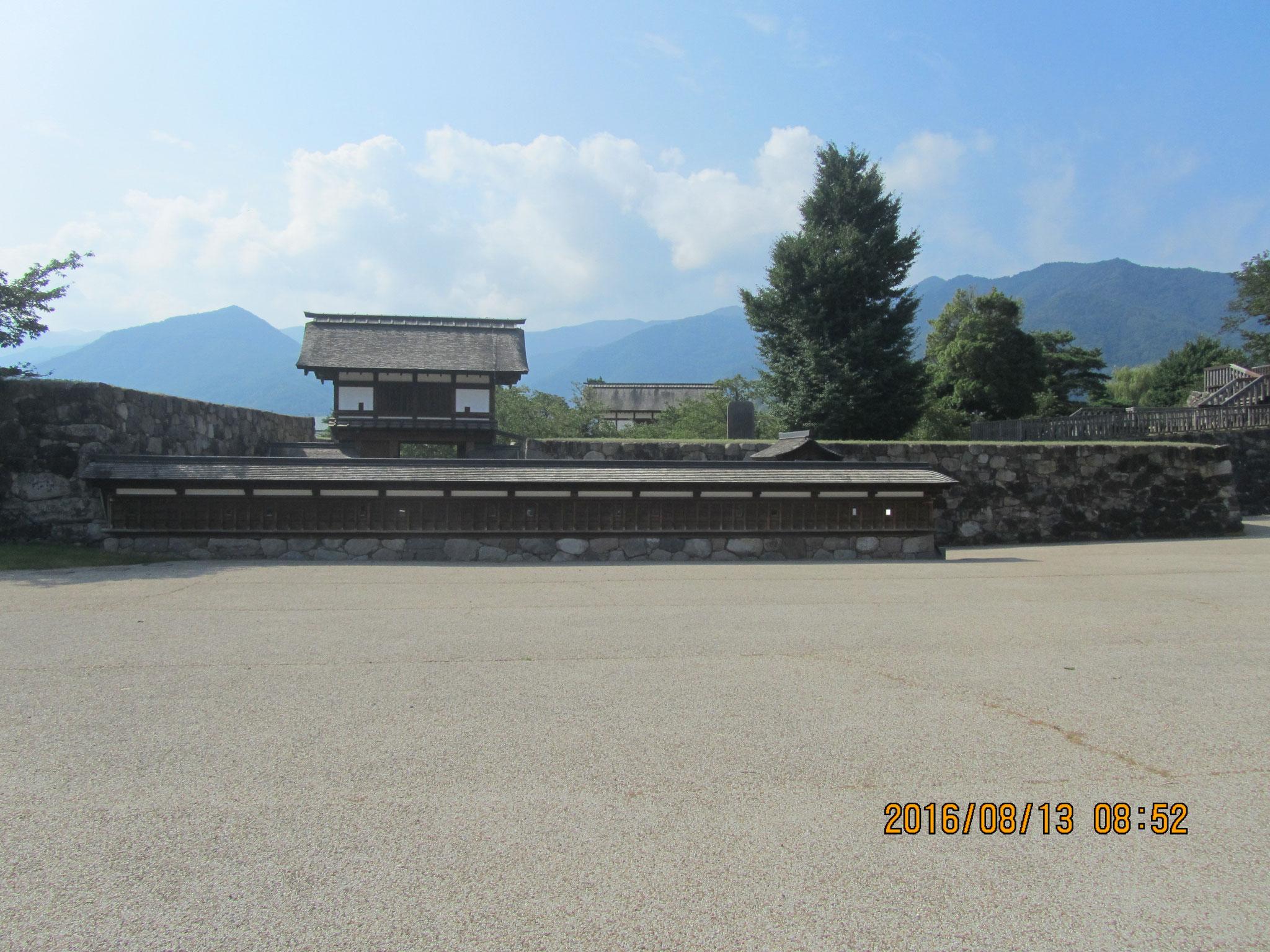 松代城は武田信玄の名言「人は城、人は石垣、人は堀、情(なさけ)は味方、仇(かたき)は敵なり」を彷彿させます。