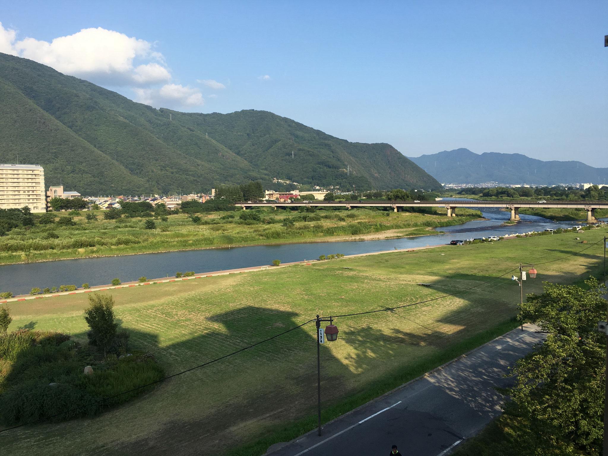 千曲川。日本最長河川である信濃川の長野県内での呼称。  信濃川の6割を占めます。大変美しい眺めです。