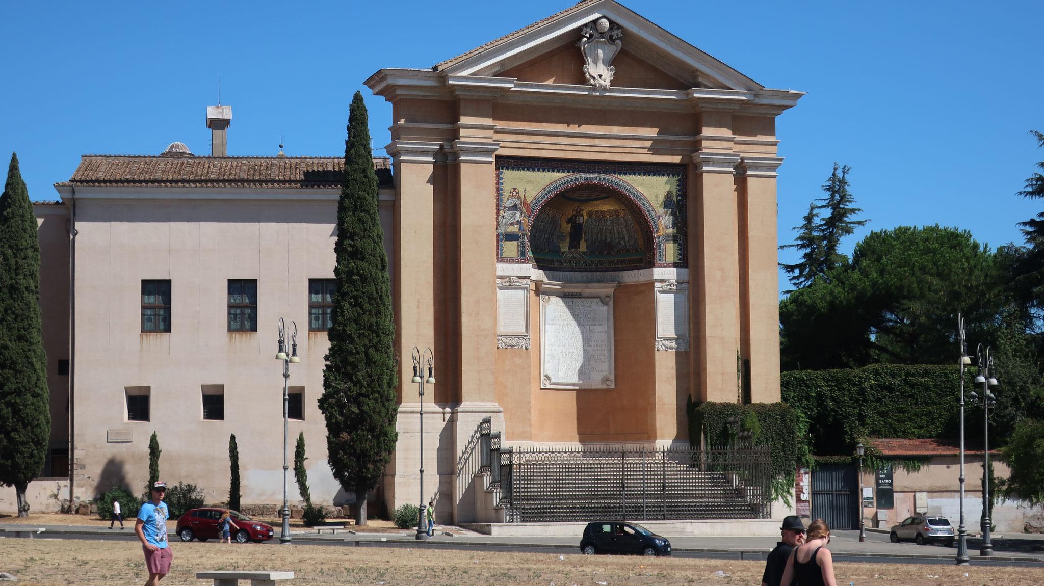 教会に隣接するラテラーノ宮殿。14世紀にクレメンス5世がアヴィニョンに幽閉されるまで、1000年にわたり、歴代ローマ法王の住居でした。
