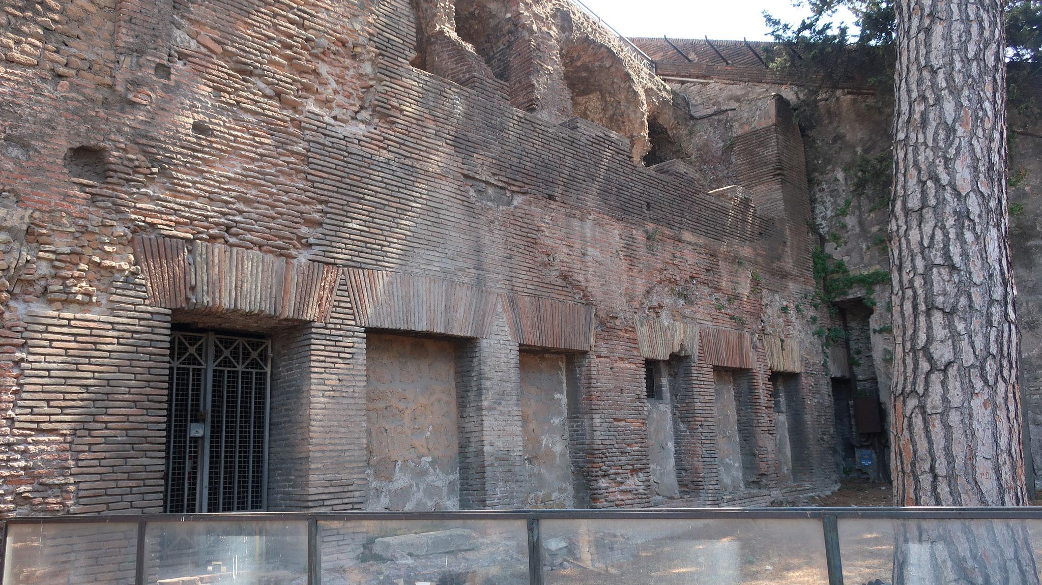 インスラ(島)と呼ばれる、2世紀の帝政期の4階建ての集合住宅。首都ローマの人口集中に伴い多く建てられました。