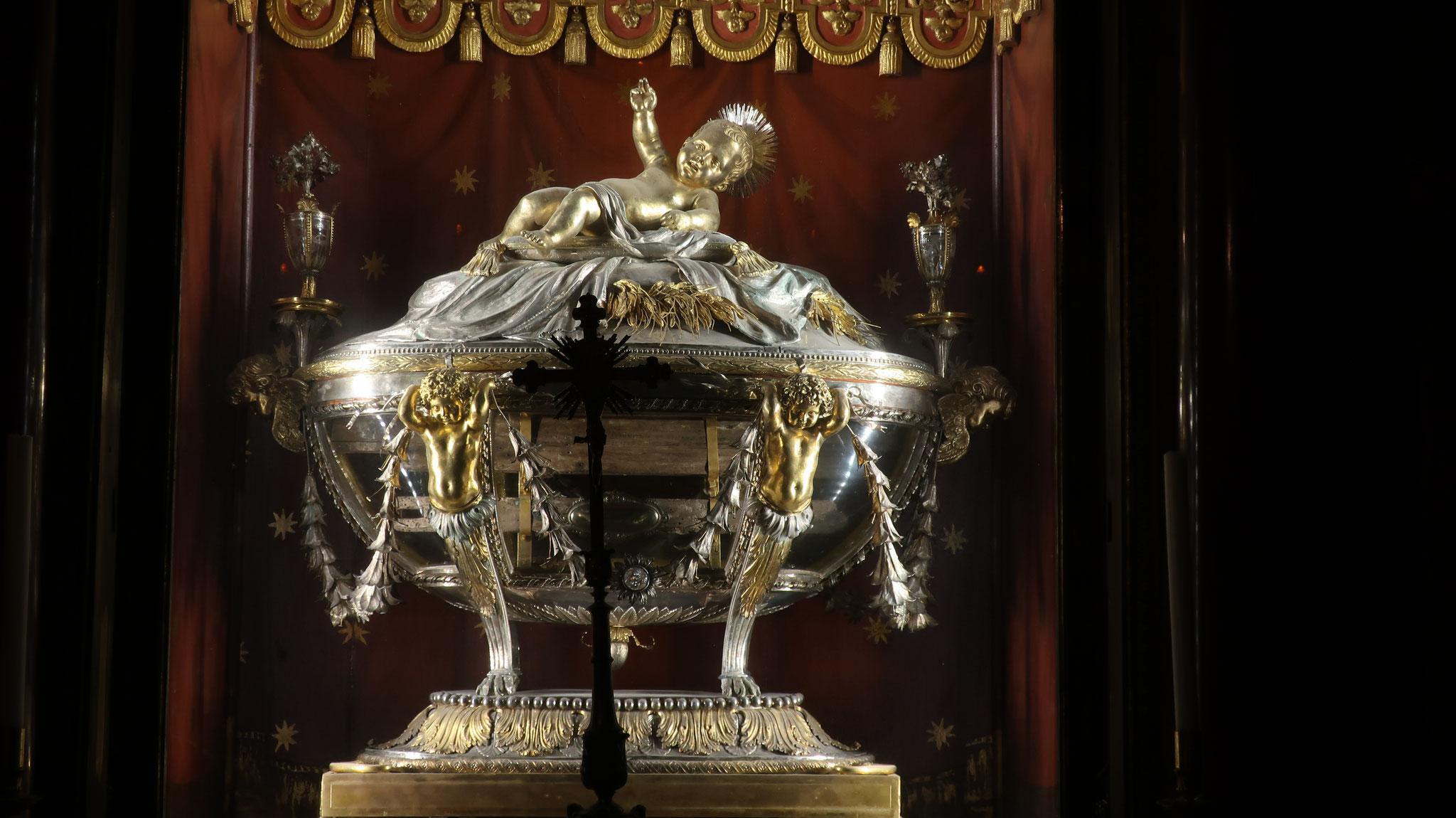 この教会の最も貴重な聖遺物。べツレヘムでキリスト誕生の際、使われたかいば桶の木片が収められています。