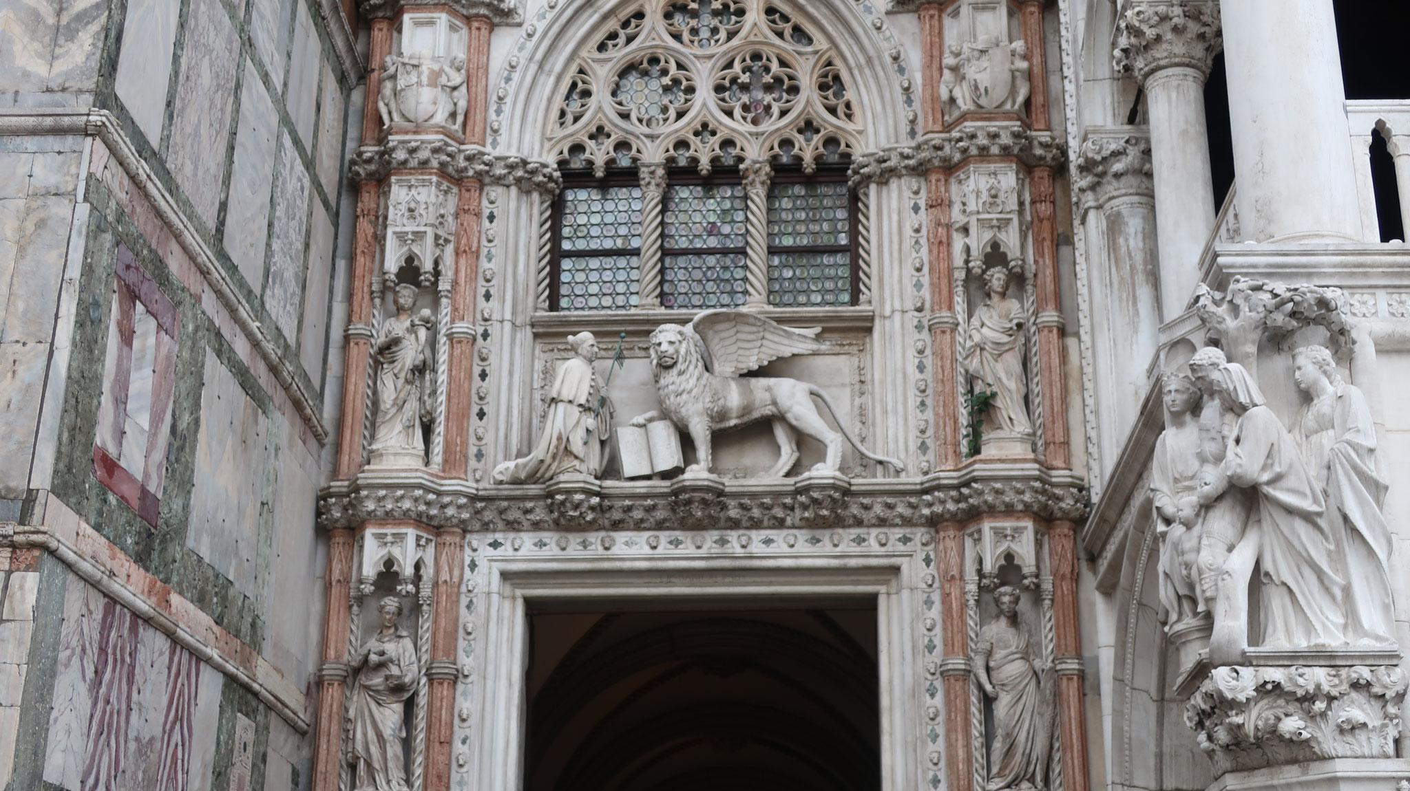聖書を持った有翼のライオン(聖マルコの象徴)と膝まずくヴェネツィア総督(フランチェスコ・フォスカリ)。聖書は平和を表しています。