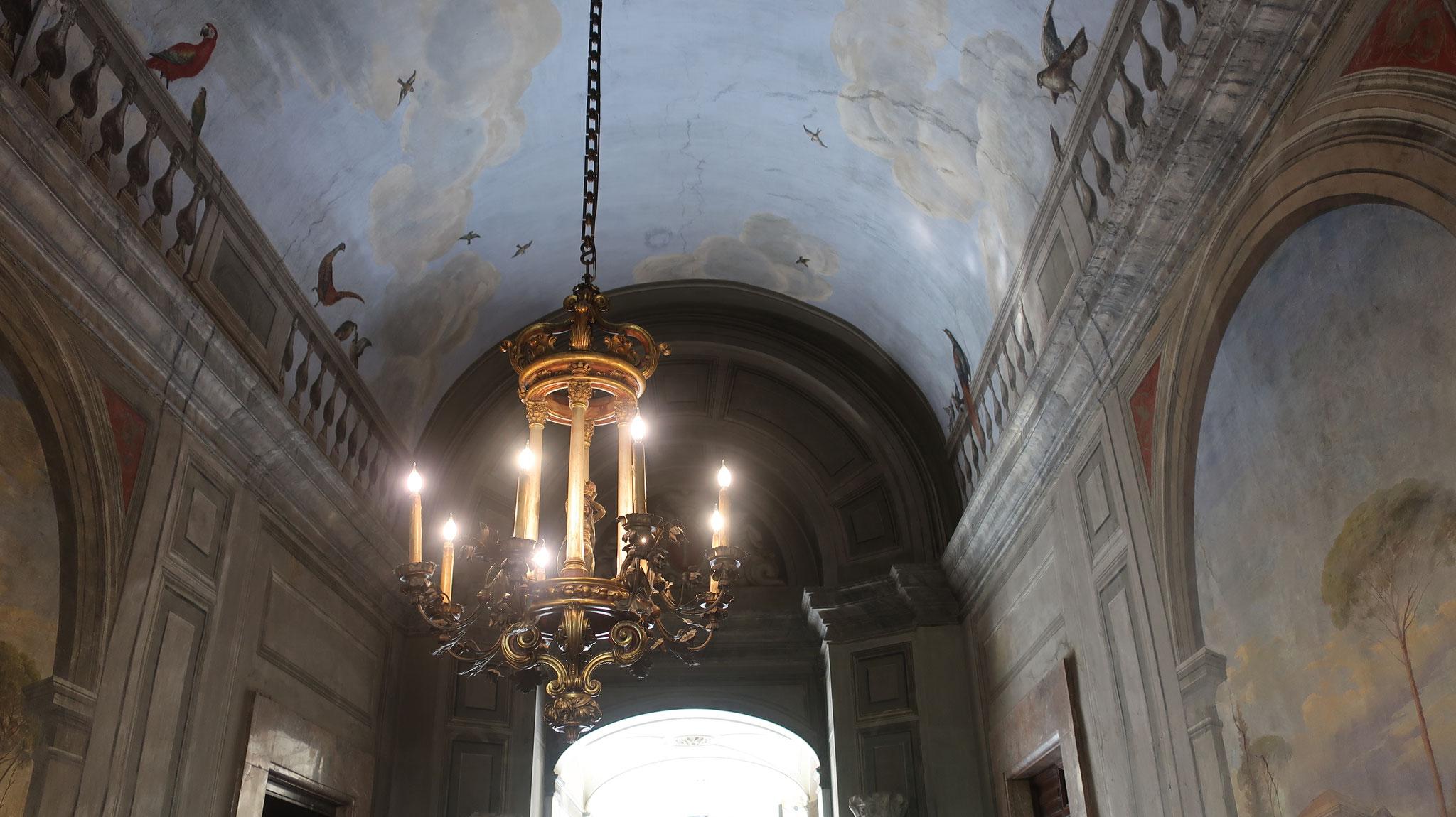 ヴェトゥリーナの間。壁や天井にフレスコ画が描かれています。