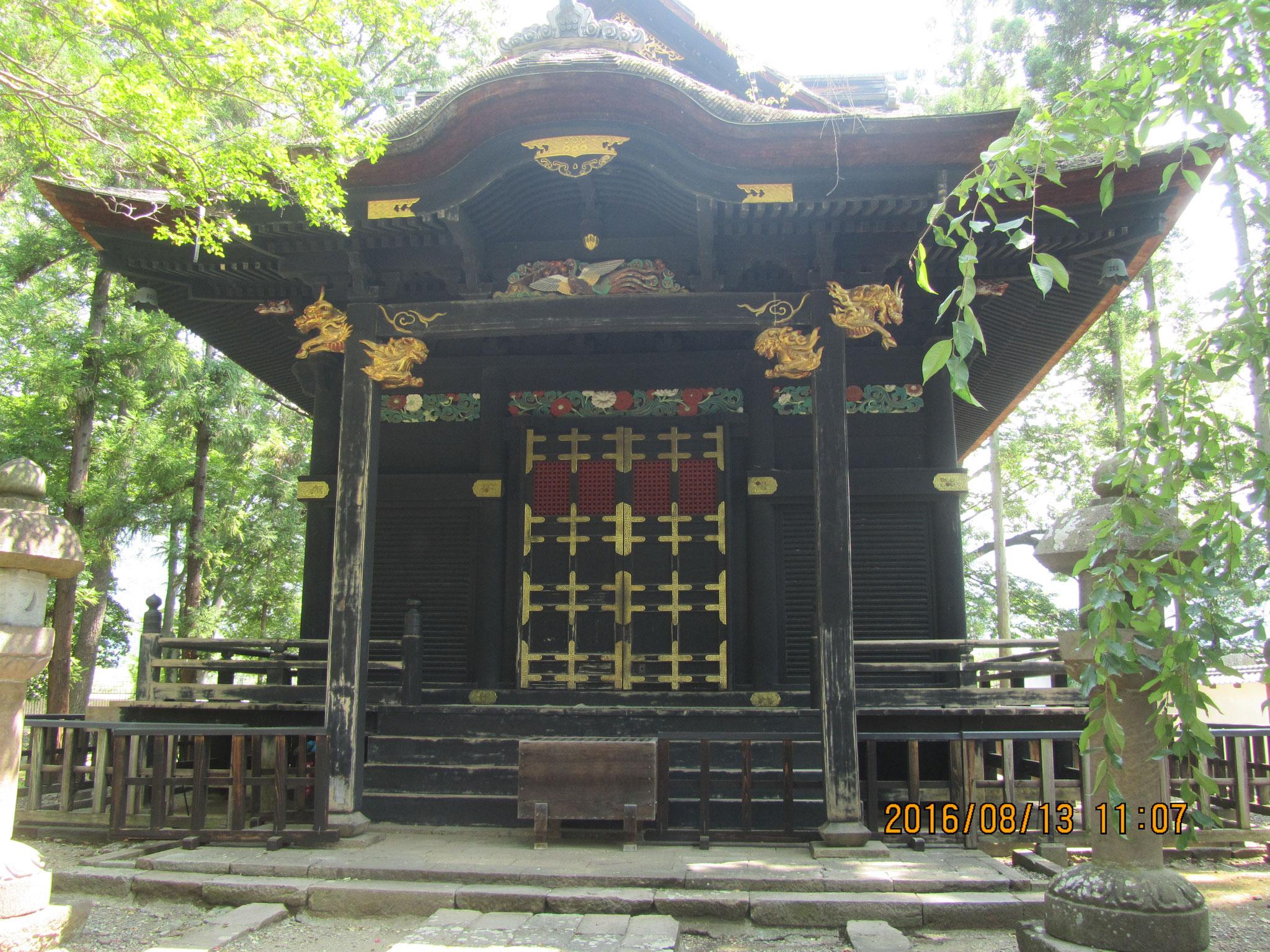 権現造(ごんげんづくり)の装飾が荘厳華麗。内部には信之と小松姫の位牌が並べられているそうです。