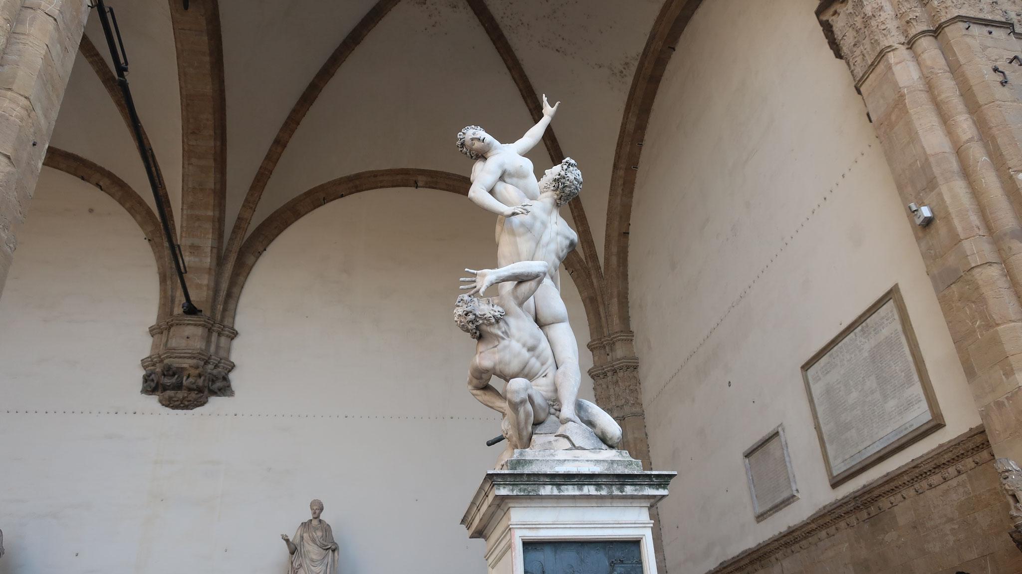 サビナの女達の略奪。ジャンボローニ作。紀元前に存在した町「サビナ」はローマによって略奪されました。