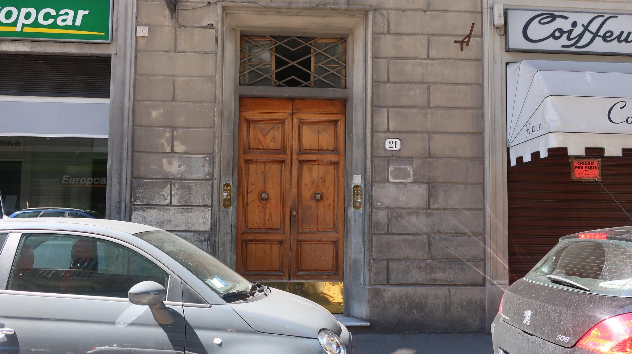 オーニッサンティ通りに面した古い、間口の狭いアパート