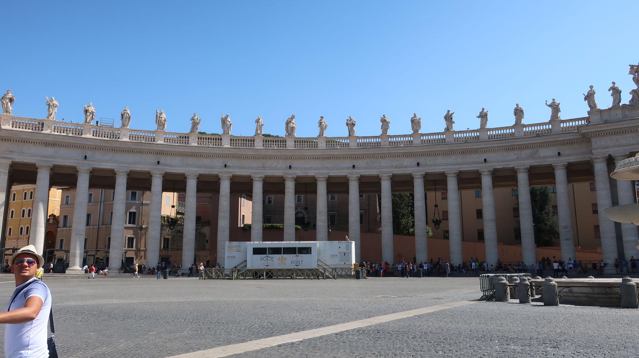 バロックの巨匠べルニーニが設計。140人の歴代法王と聖人像(高さ3.2m)が立ちます。