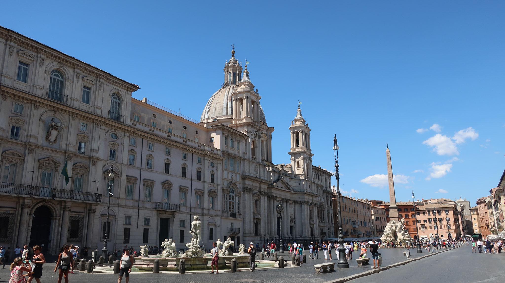 ナヴォーナ広場に面して建つ、手前からパンフィーリ宮殿、サンタニェーゼ・イン・アゴーネ教会