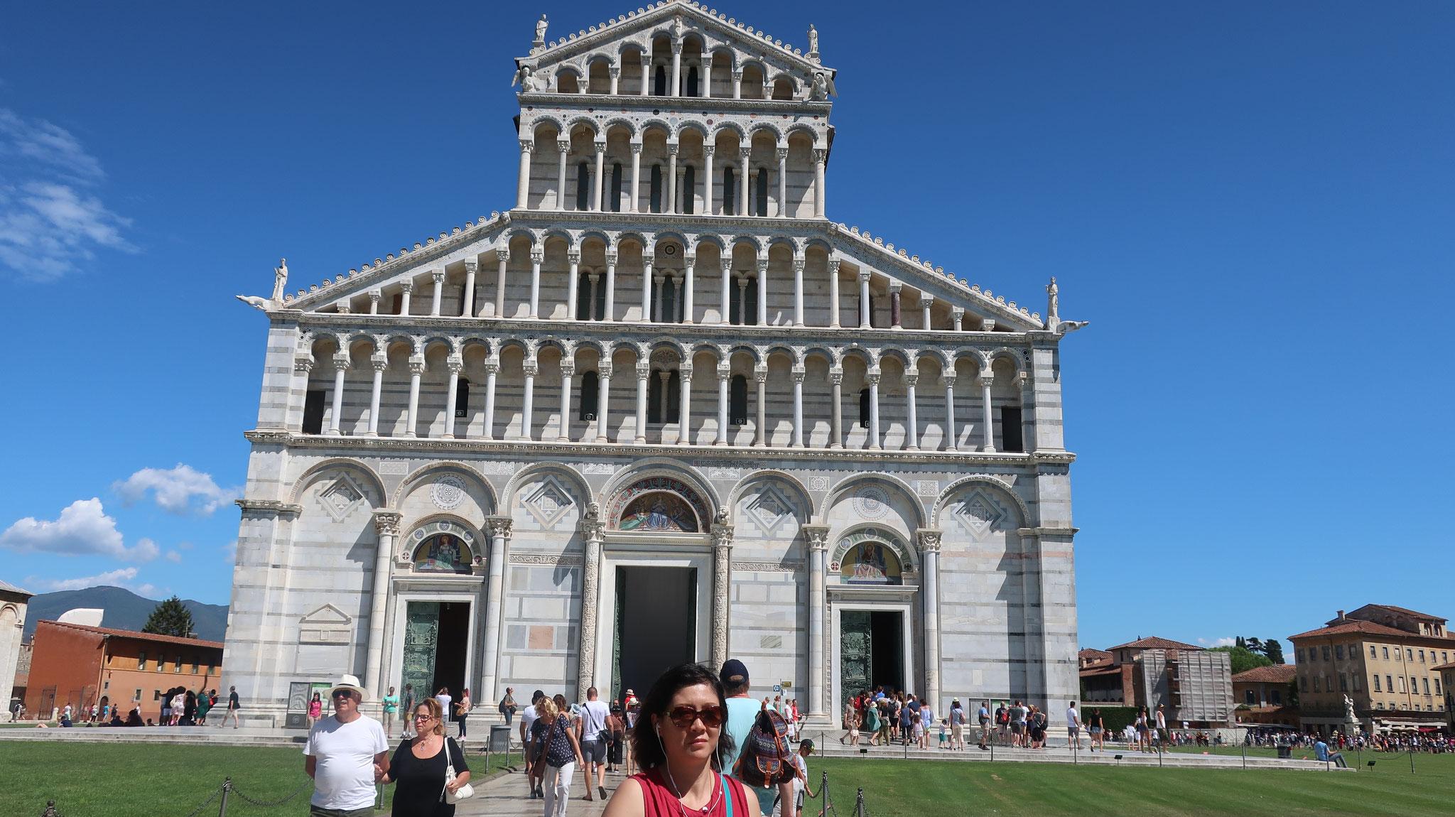 大聖堂。ピサ・ロマネスク様式の最高傑作。 十字軍に参戦したピサは11世紀にシチリアのパレルモ沖にて、イスラム艦隊と海戦し、勝利した。この時奪った金銀財宝を元に建築されました。
