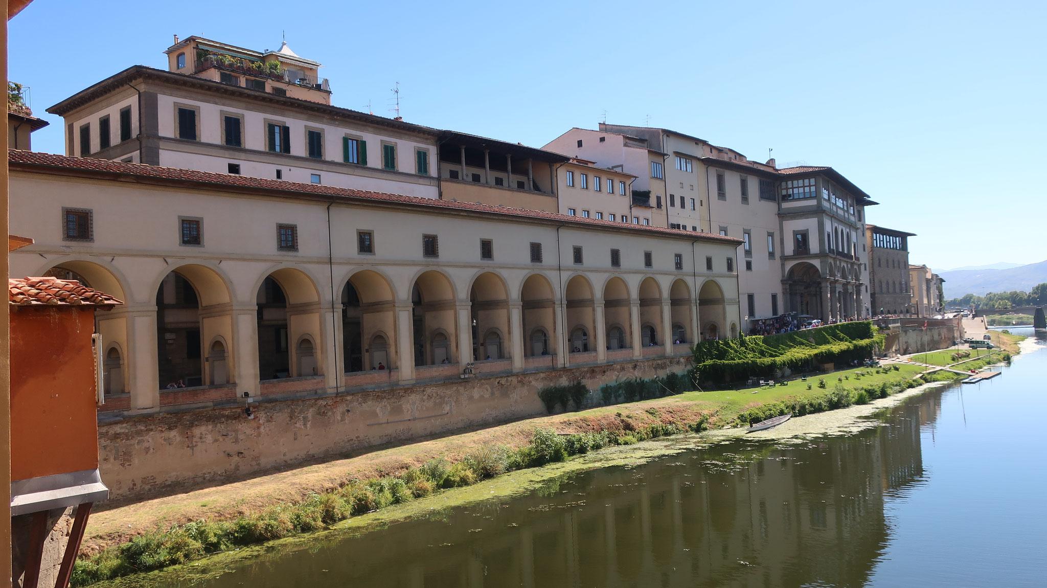 ヴェッキオ橋からヴァザーリの回廊を望みます。