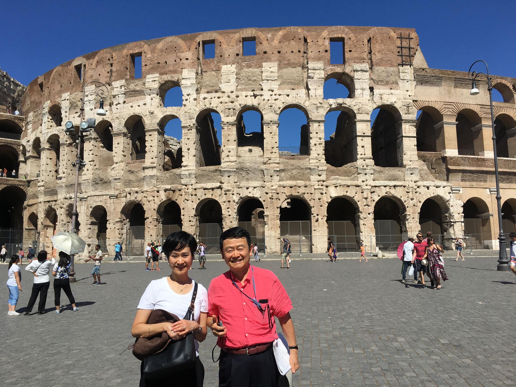 コロッセオ。ヴェスパシアヌス帝の命で紀元72年に建設が始められ、息子ティトゥス帝の時代に完成した円形闘技場。 4階建て。