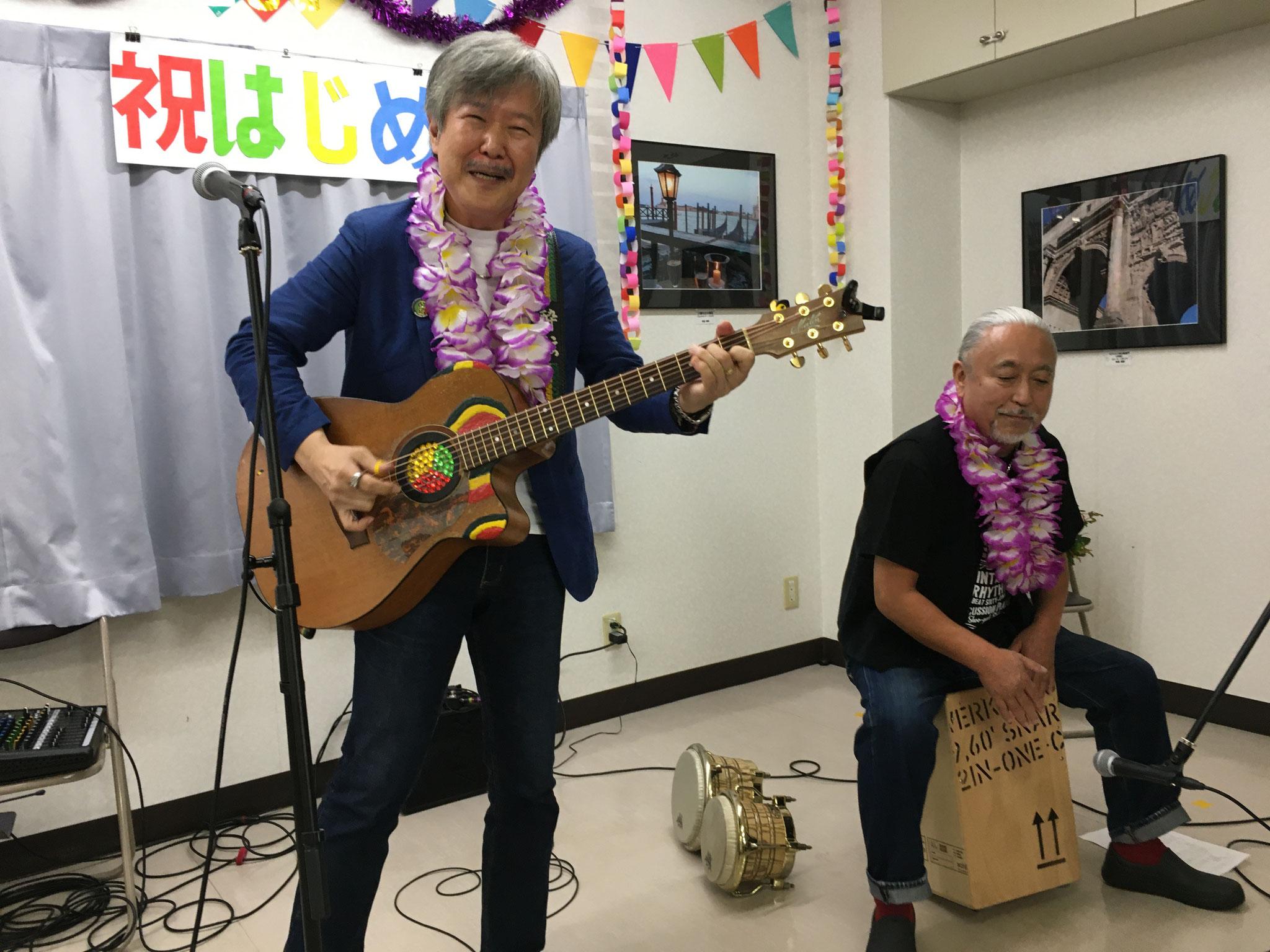 プロのギタリストとパーカッショニストを招きました。