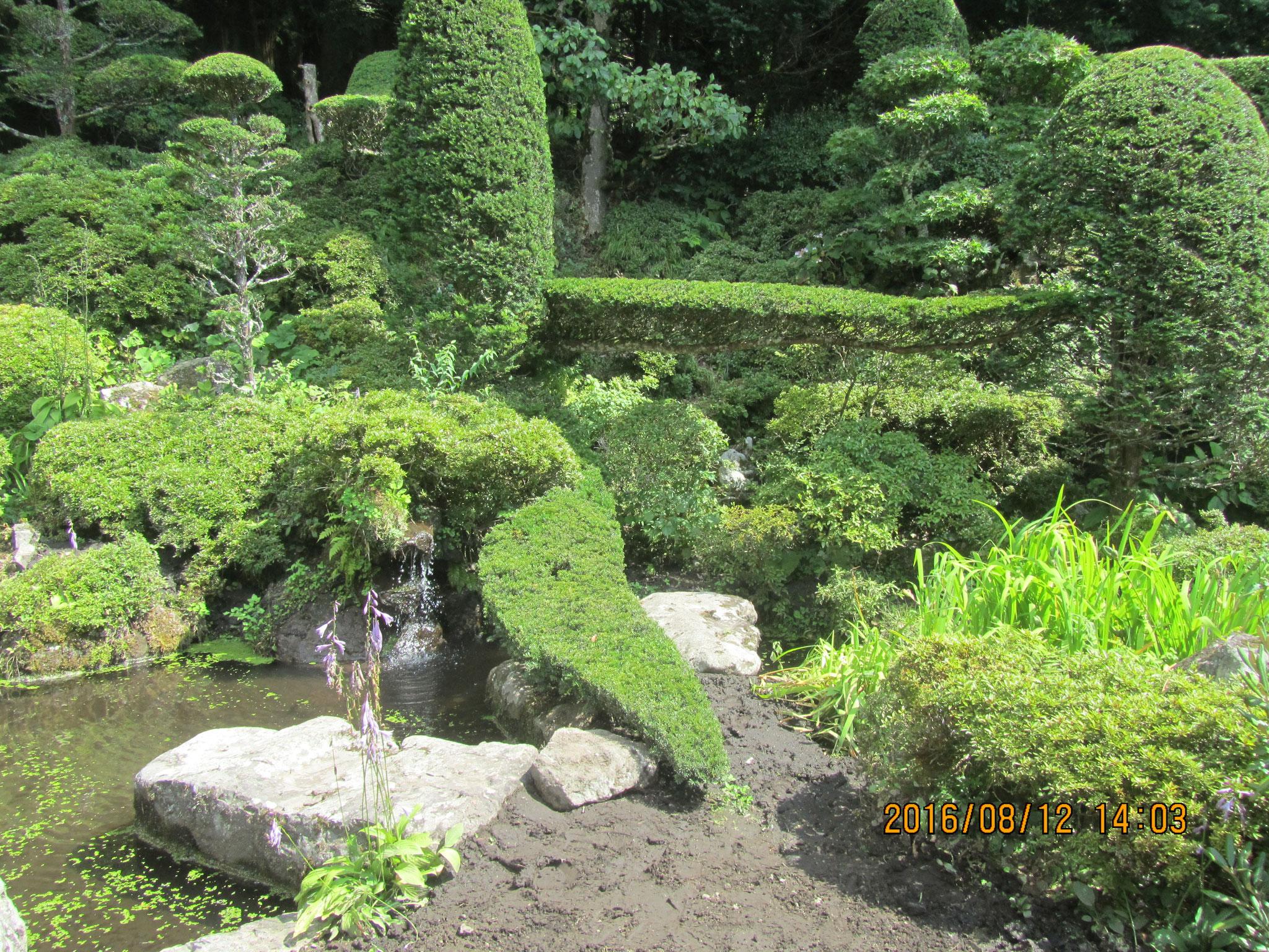 境内の庭園が非常によく手入れされていて、素晴らしいです。