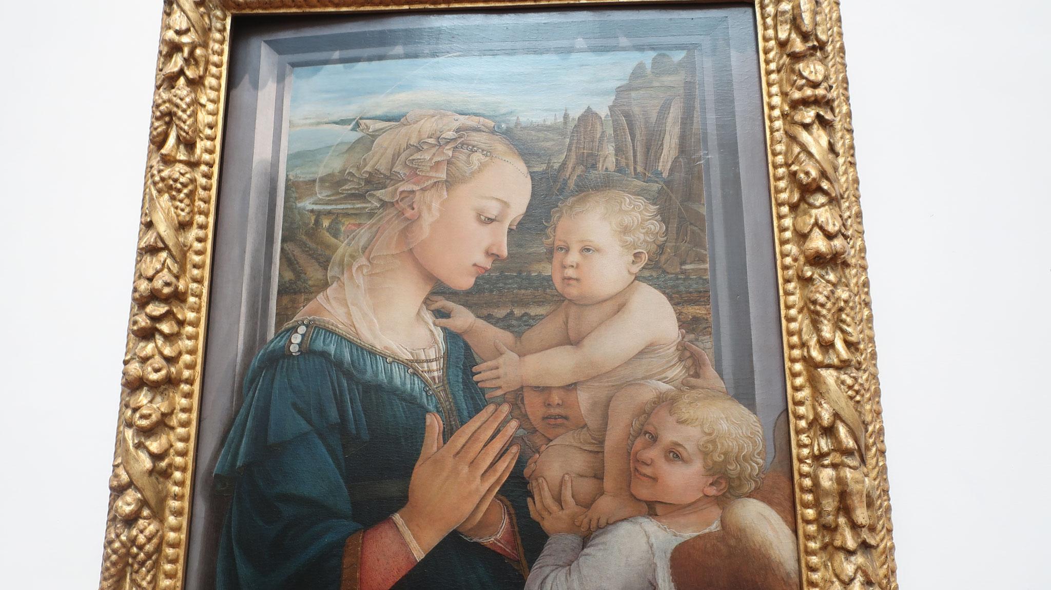 「聖母子と二人の天使」フィリッポ・リッピの代表作。 修道士画家であったリッピが修道女と駆け落ちした逸話は有名です。 この絵のモデルはその修道女だそうです。しかも、右下の天使のモデルは彼の息子、フィリッピーノ・リッピです。