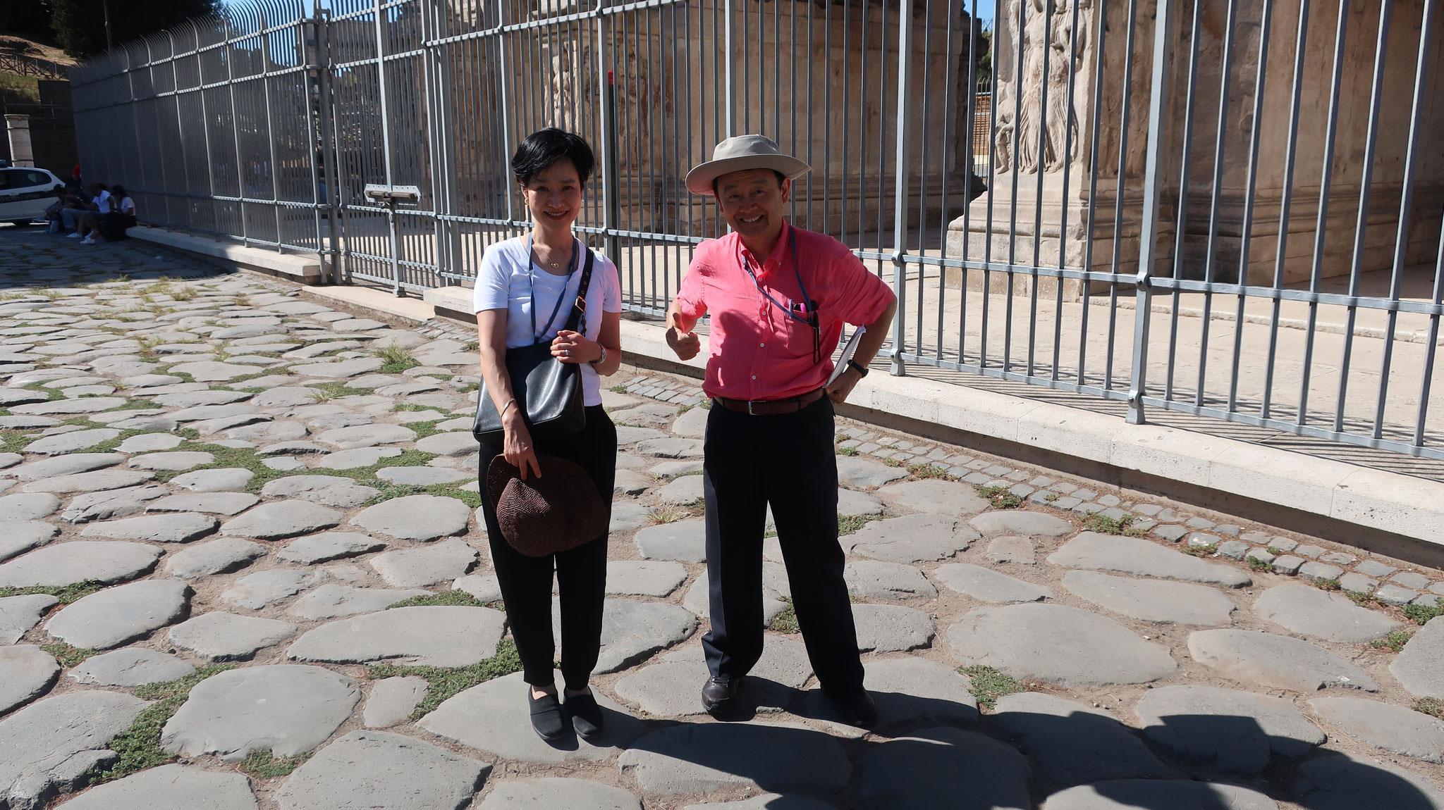 ローマ帝国時代の石畳。コンスタンティヌス帝の凱旋門の前。