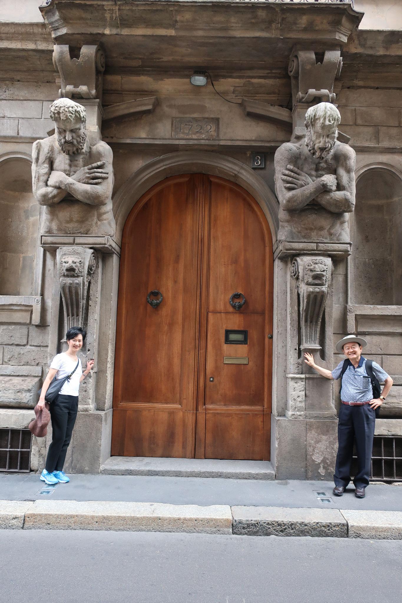16世紀建築の邸宅。 建物は8体の「オメノーニ(巨人達)」で装飾されています。全員、実在した哲学者です。