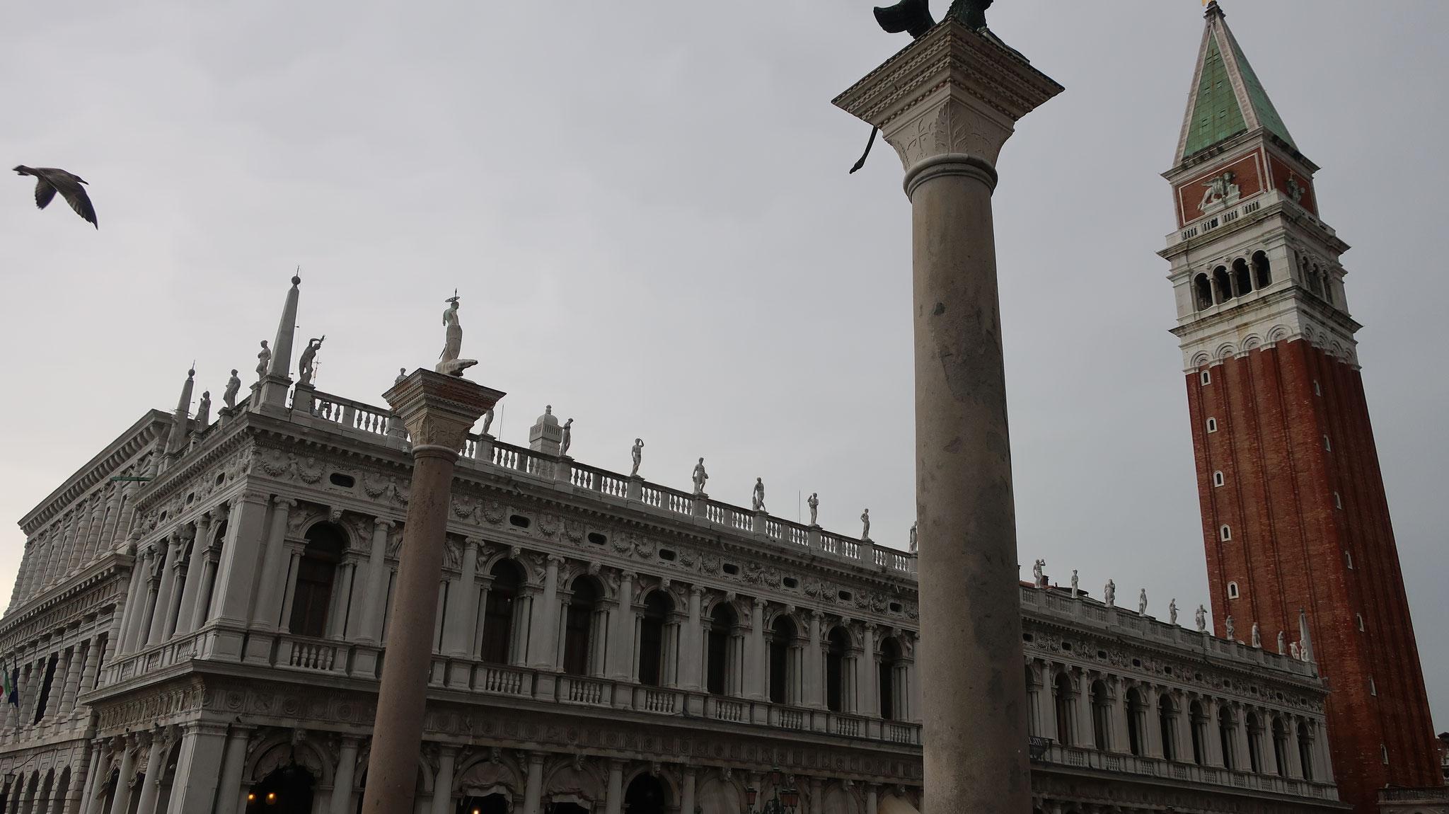 国立マルチャーナ図書館、竜を退治した聖テオドロスの円柱、有翼のライオンの円柱、鐘楼
