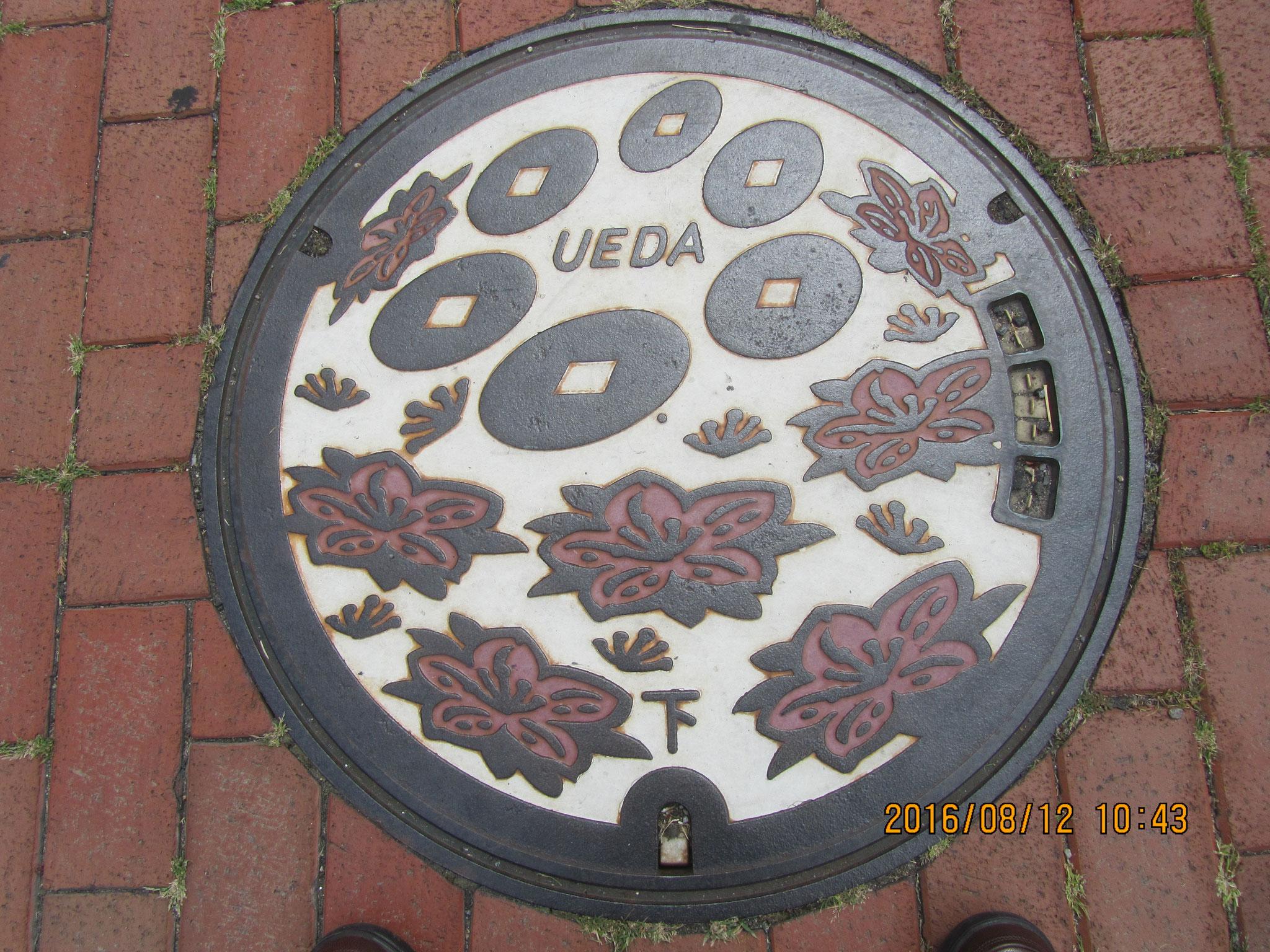 上田市内のマンホールには六文銭が描かれています。