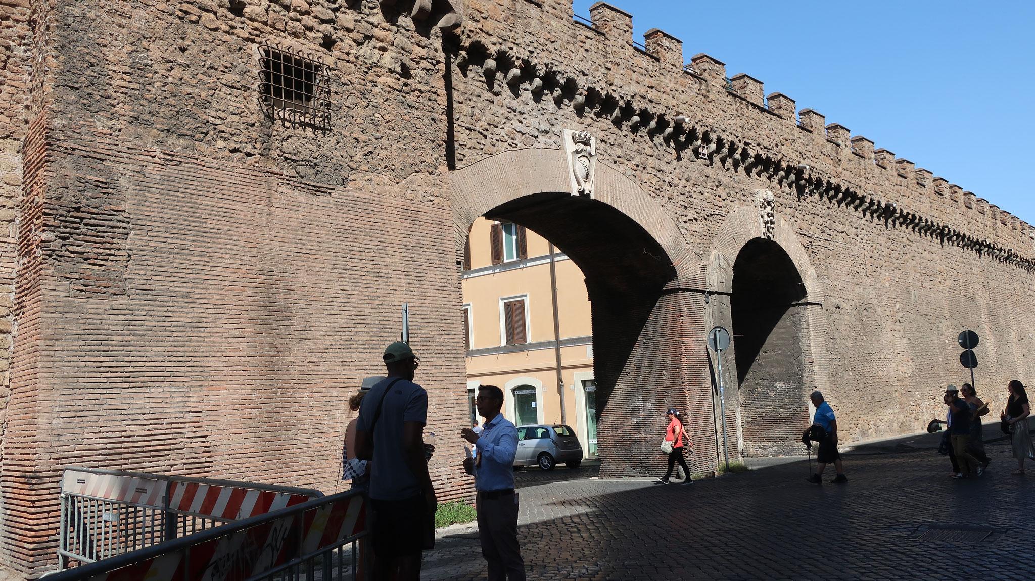 ローマを外敵から守るレオニーネの城壁。上部にヴァティカンとサンタンジェロ城を結ぶ通路があります。