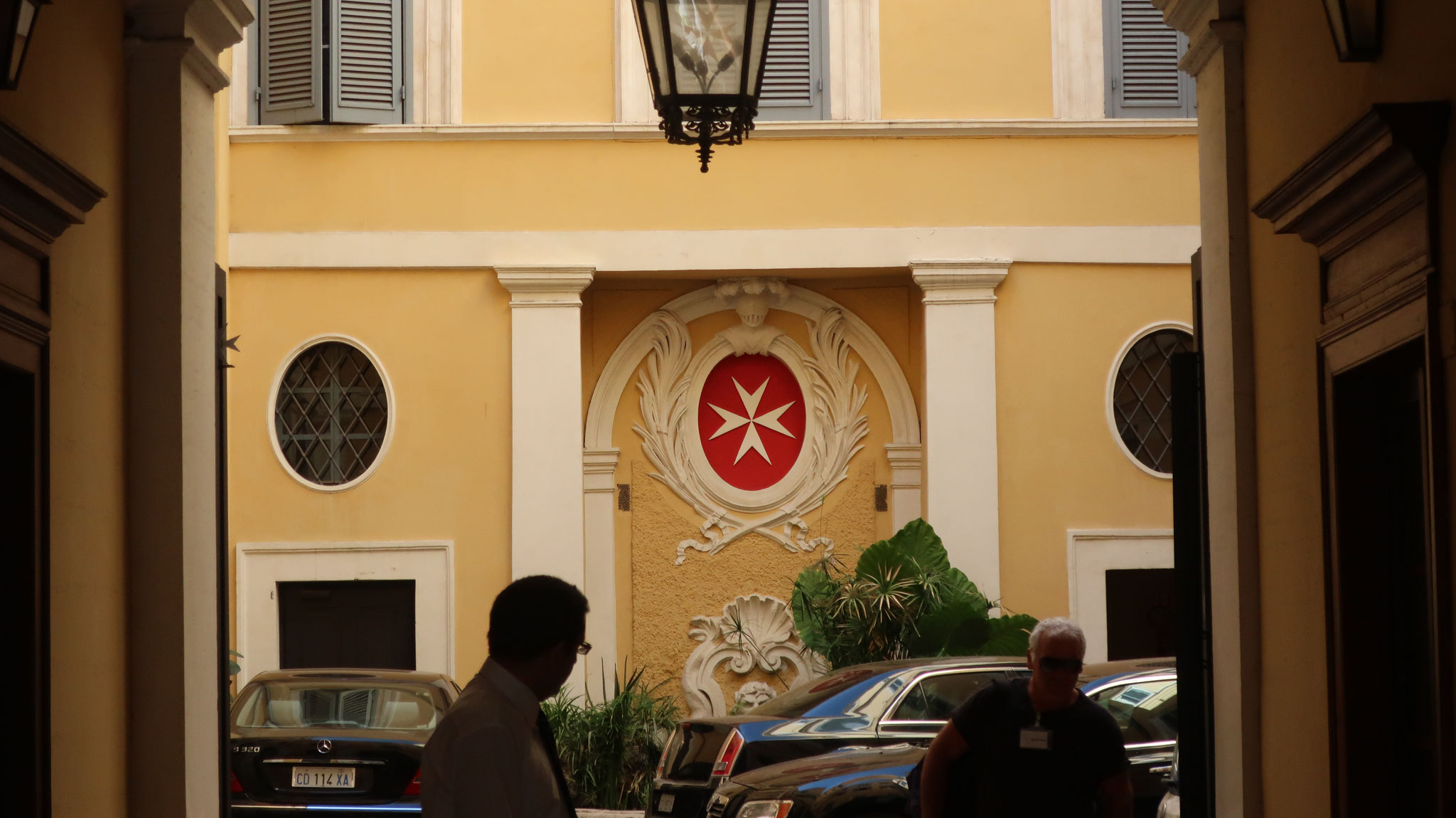 マルタ救護騎士団本部。紋章は赤地に白の、突き出た8つの角を持つ十字架 。騎士道における8つの美徳を象徴します。