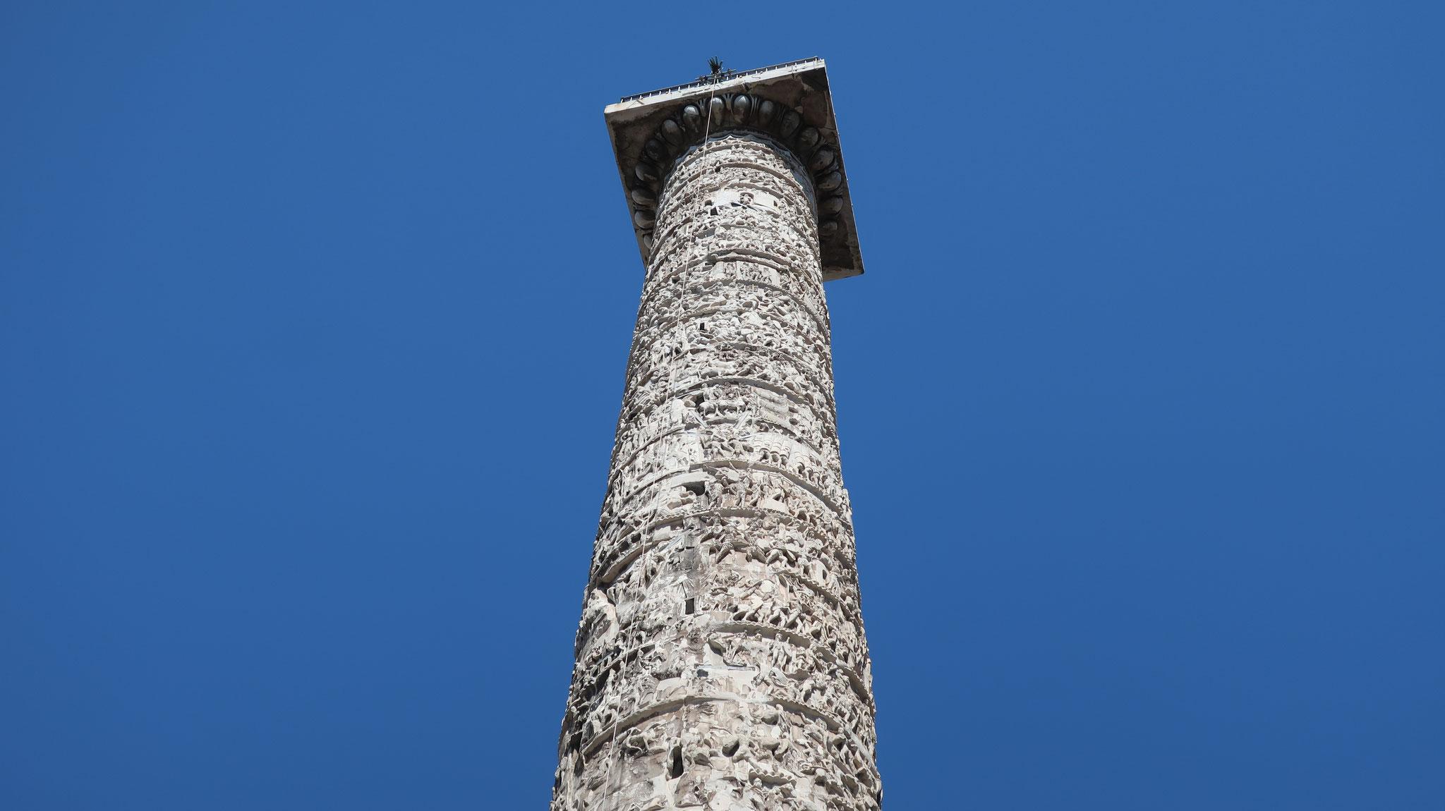 円柱には上から下まで螺旋状の浮き彫りが施されています。ローマ帝国・皇帝の権威と正当性を語っています。