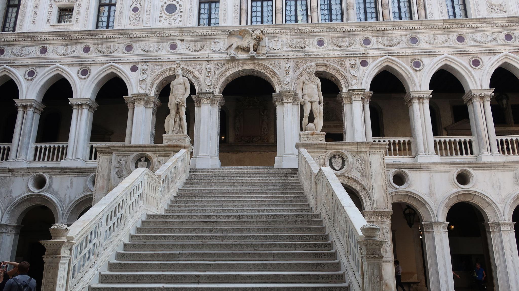 巨人の階段。かつては、布告門を通った要人達は、この階段(15世紀、アントニオ・リッツォ制作)を上って宮殿内に入りました。
