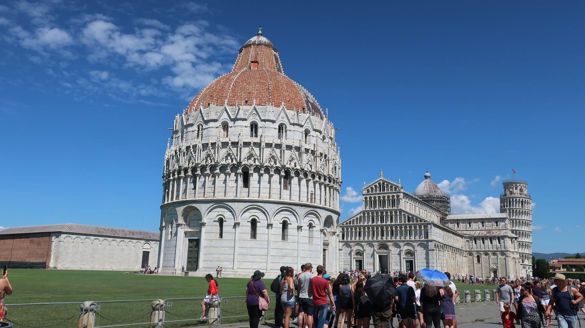 奇跡の広場。左から、カンポサント(納骨堂)、洗礼堂、大聖堂、斜塔(鐘楼)が並びます。