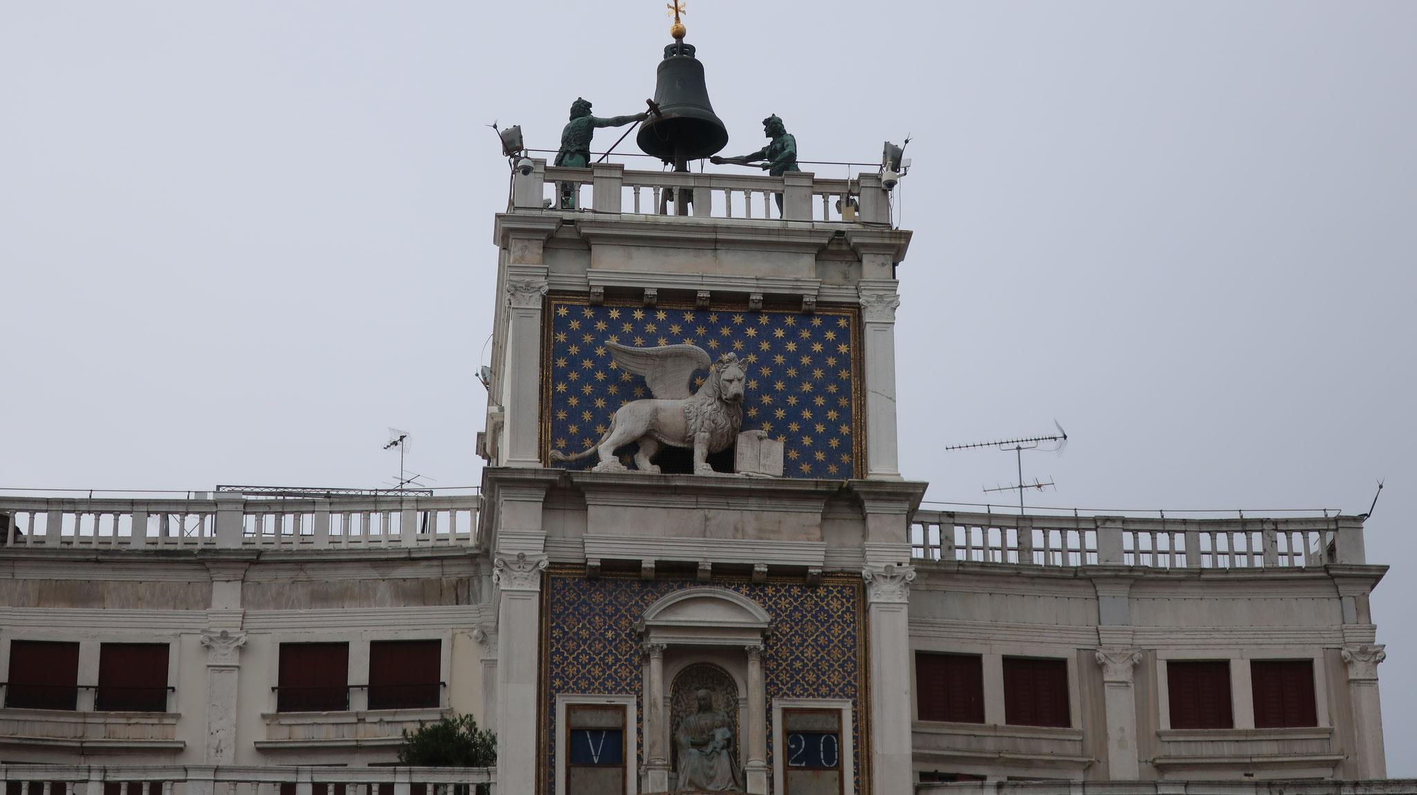 有翼のライオンと、鐘をつく二人のムーア人(本当はススで汚れた羊飼い)。