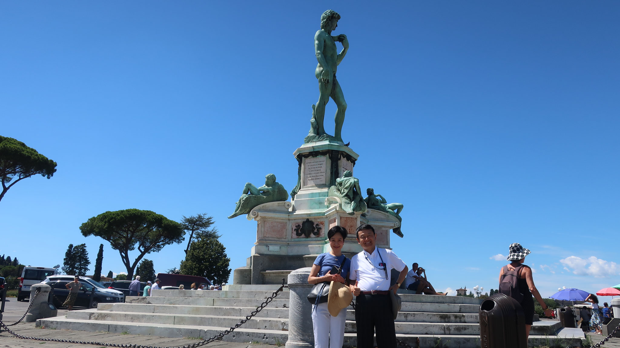 ミケランジェロ広場。中央にはミケランジェロの大きな彫刻「ダヴィデ像」。フィレンツェの展望台として有名です。