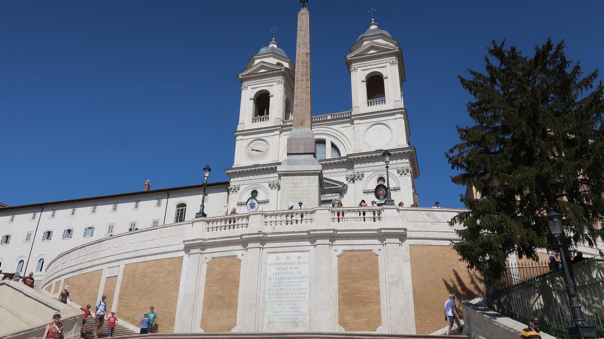 スペイン階段の上に立つオべリスクとトリニタ・デイ・モンティ教会