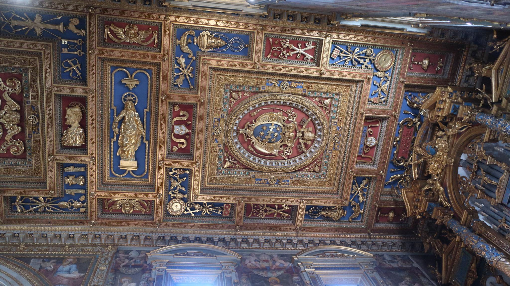 挌間模様の豪華な天井。16世紀後半バロック時代の代表作。