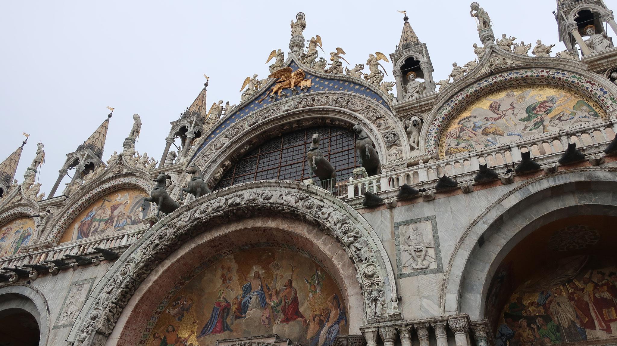 サン・マルコ寺院頂上に立つ聖マルコ像、有翼のライオン、4頭の馬