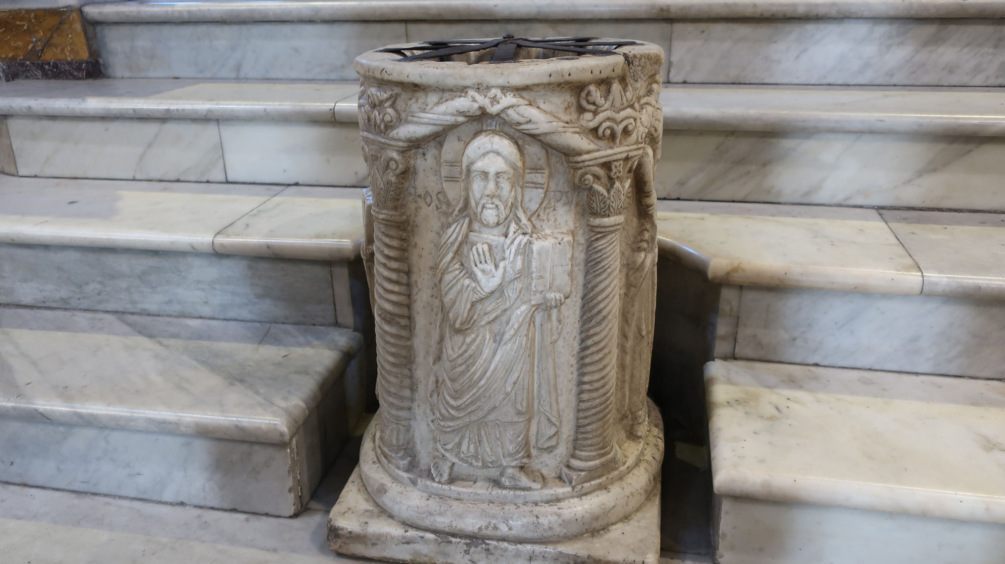 アスクレピオス神殿当時のまま、治療の原点である体を清めるための聖なる水を汲み上げた井戸が残っています。12世紀の彫刻で飾られています。