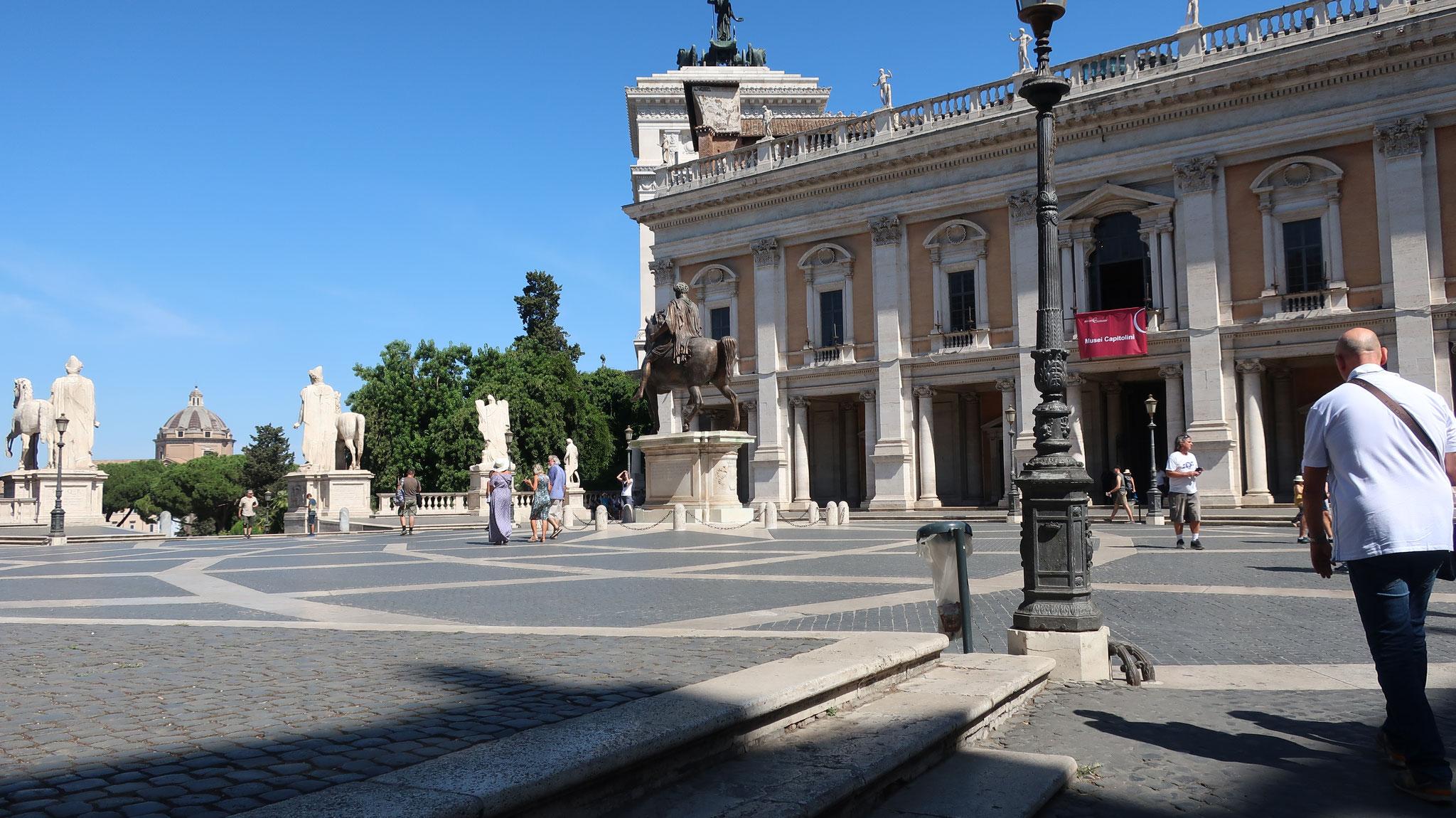 カンピドーリオ広場。法王パウロ3世に要請され、天才ミケランジェロが設計しました。