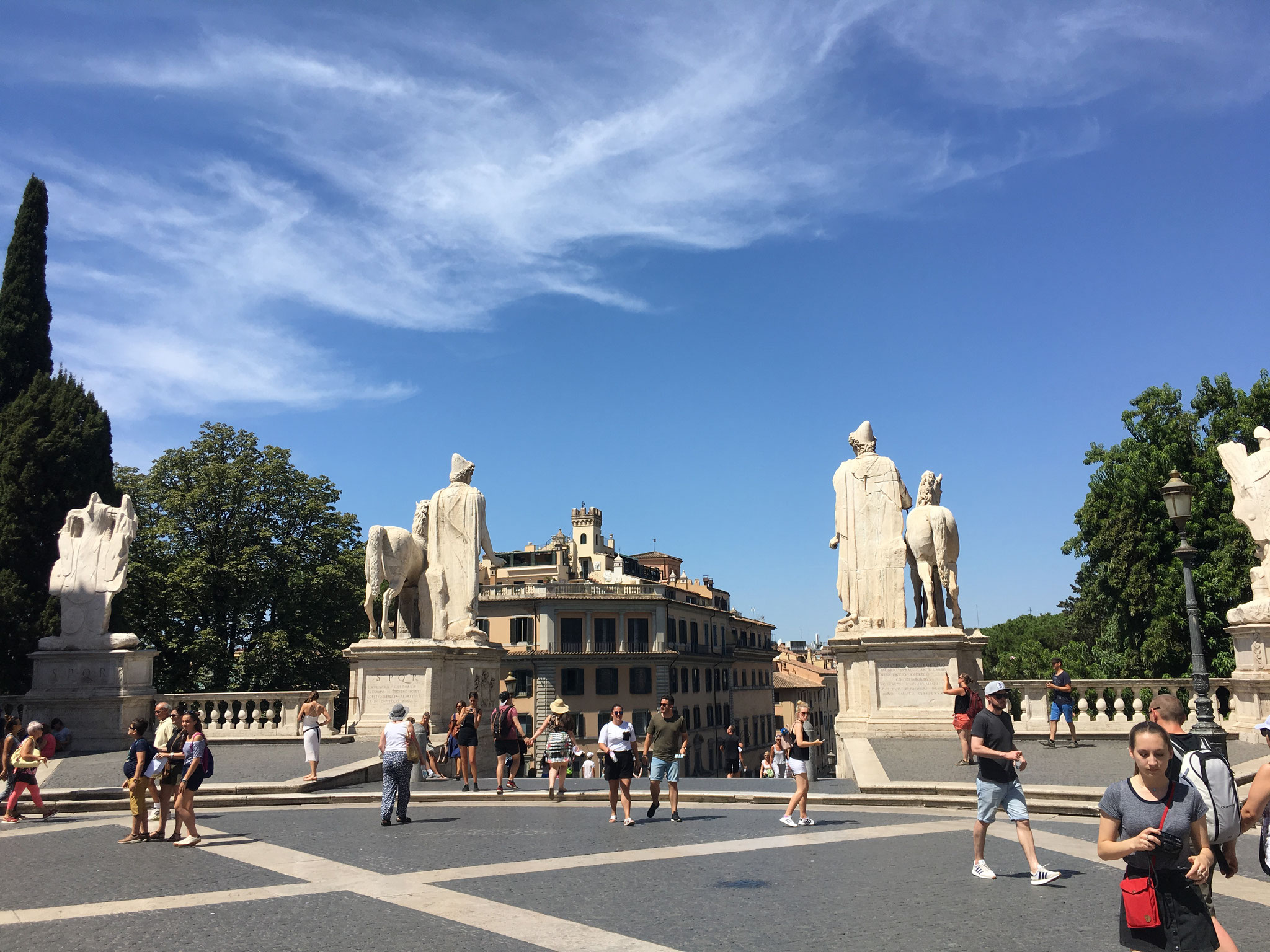 カンピドーリオ広場入口の左右には、ギリシャ神話に登場するカストルとポルックスの双子神の巨像が立ちます。