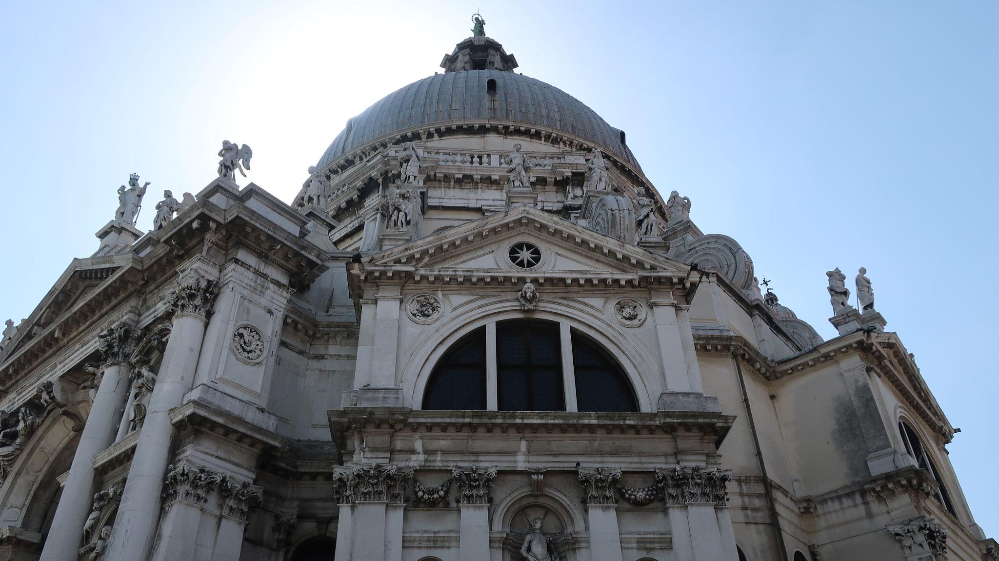 サンタ・マリア・デッラ・サルーテ教会。17世紀、多くの命を奪ったペストが鎮まった事を聖母マリアに感謝して、ロンゲーナが50年かけて建築しました。