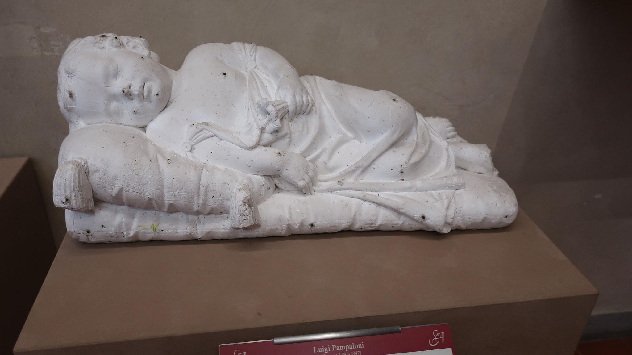横たわる少女の遺体
