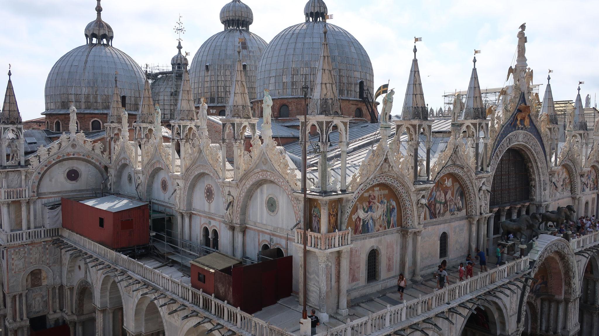 時計塔からサン・マルコ寺院を見おろします。