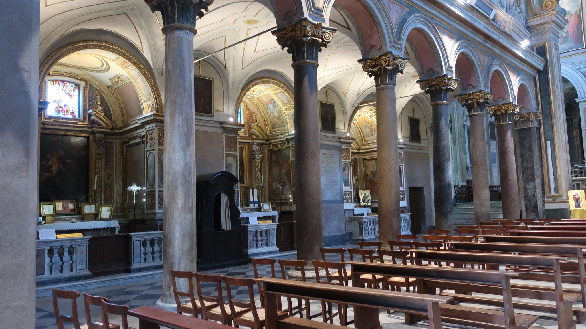 教会内部の柱は、古代アスクレピオス神殿の物がそのまま使われています。