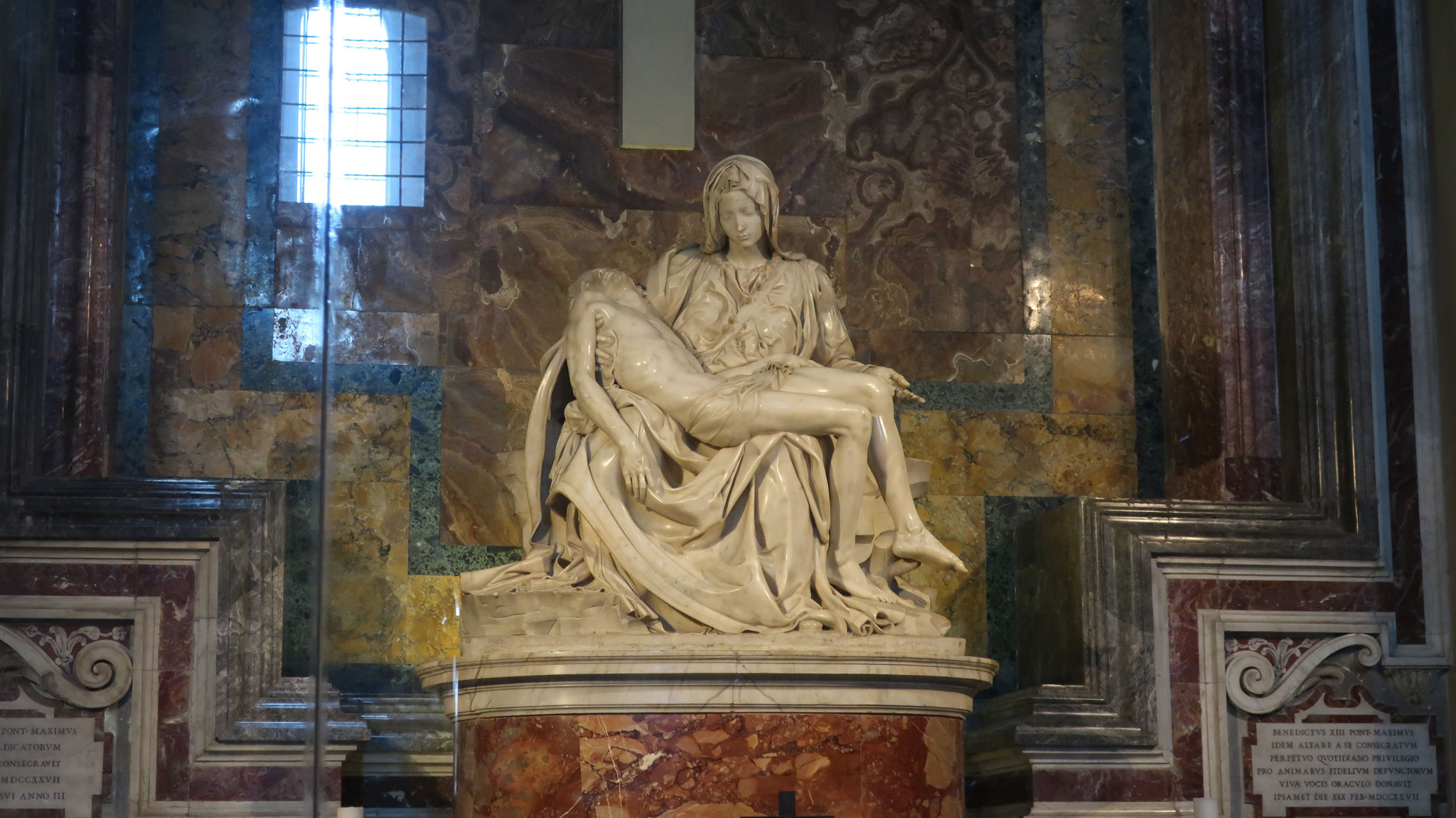ピエタの礼拝堂。15世紀、ミケランジェロ25歳の処女作。