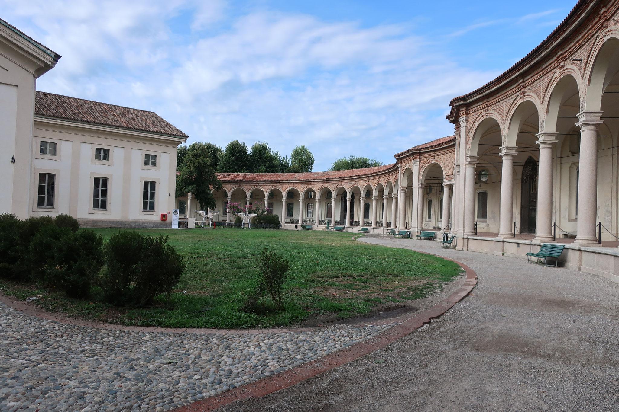 ロトンダ・デッラ・ベザーナ:「旧マッジョーレ病院」で亡くなった人たちを埋葬するために造られた納骨堂。 サン・ミケーレ教会をぐるりと円形に取り囲みます。