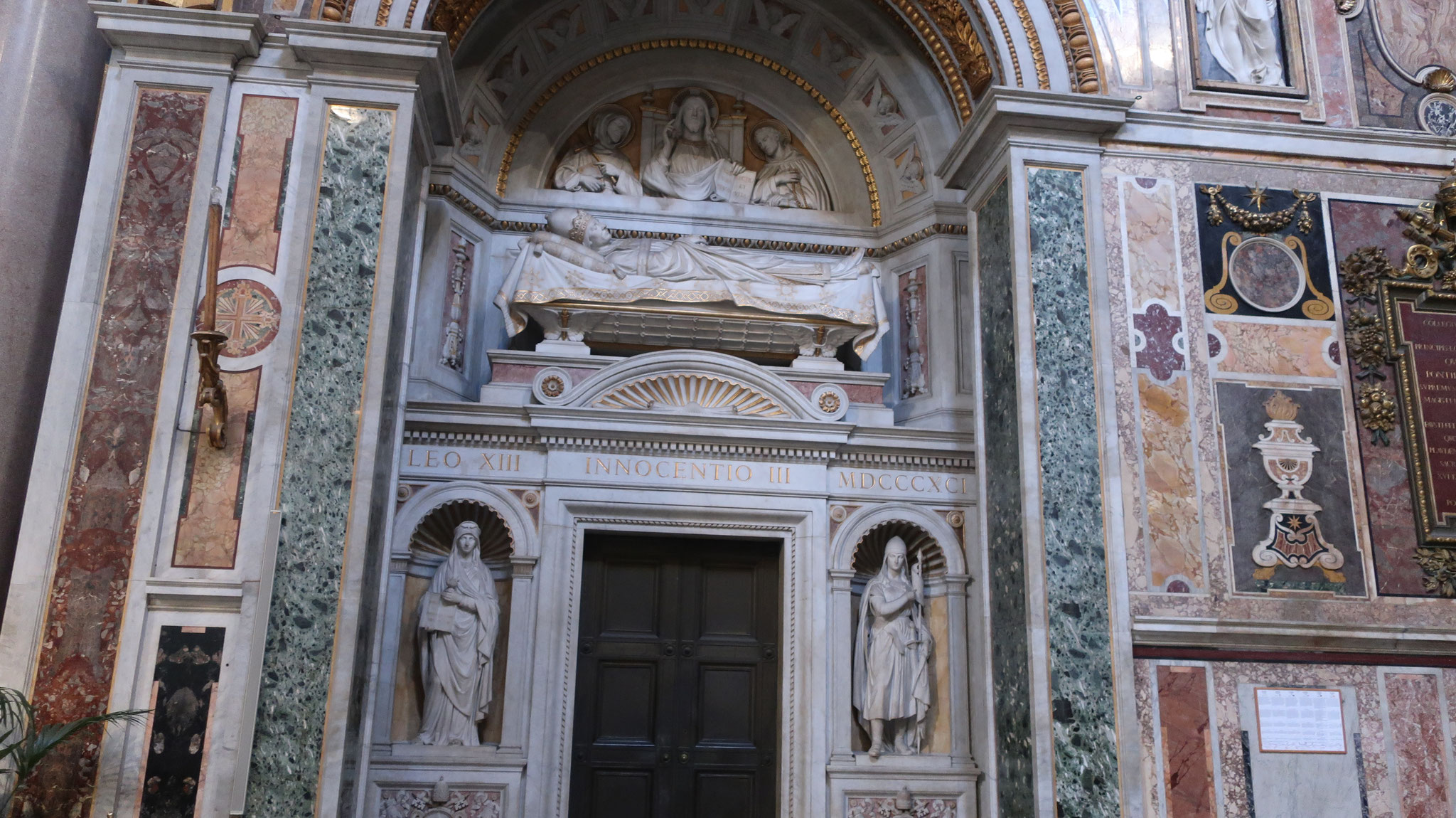 インノケンティウス3世。12-13世紀、教皇権全盛期時代の教皇で、西欧諸国の政治に介入した事で有名。