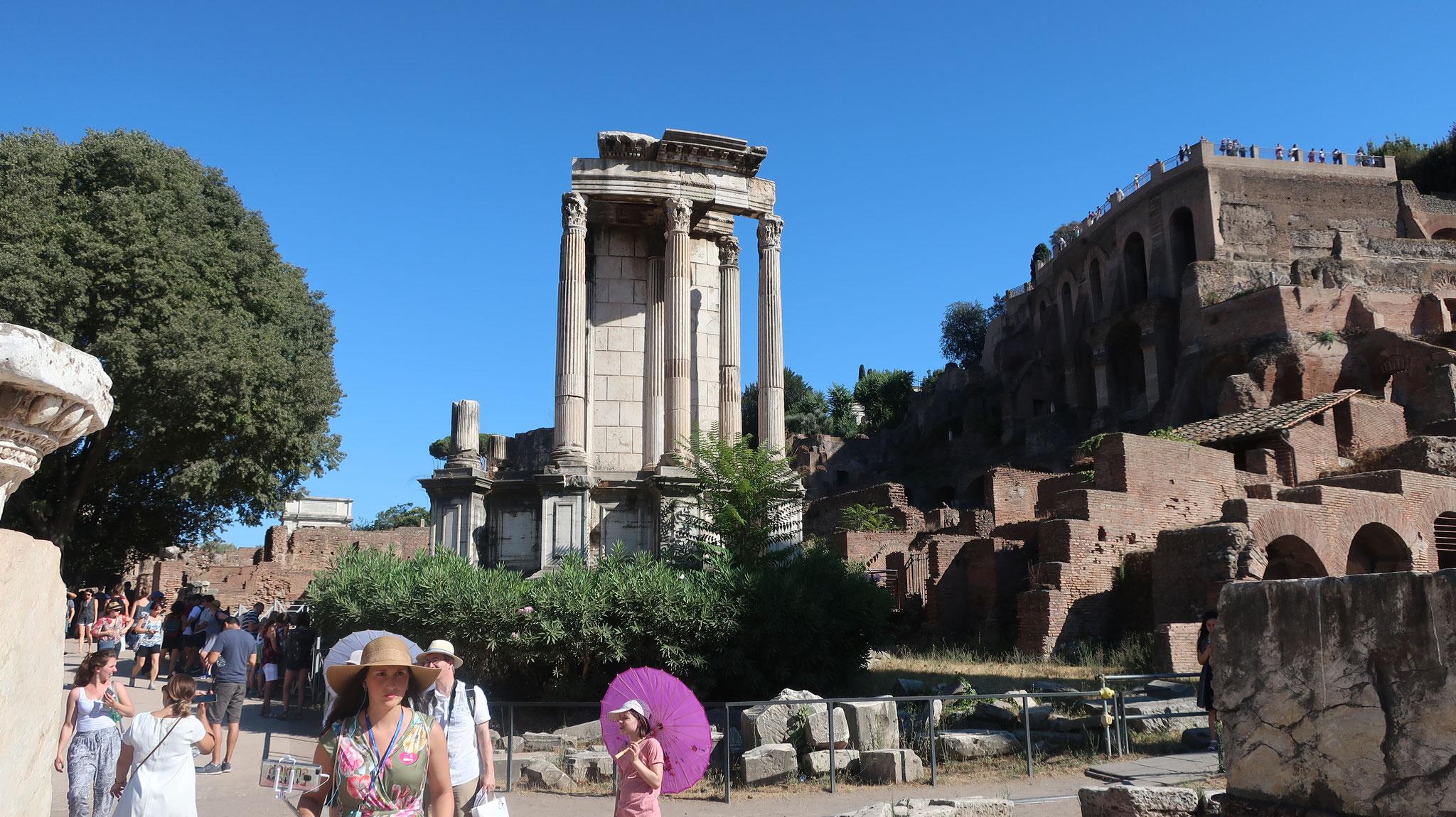 ヴェスタの神殿。「Vesta」は炉とかまどの女神です。 この神殿に燃える火は、ローマの生命を象徴する聖火でした。