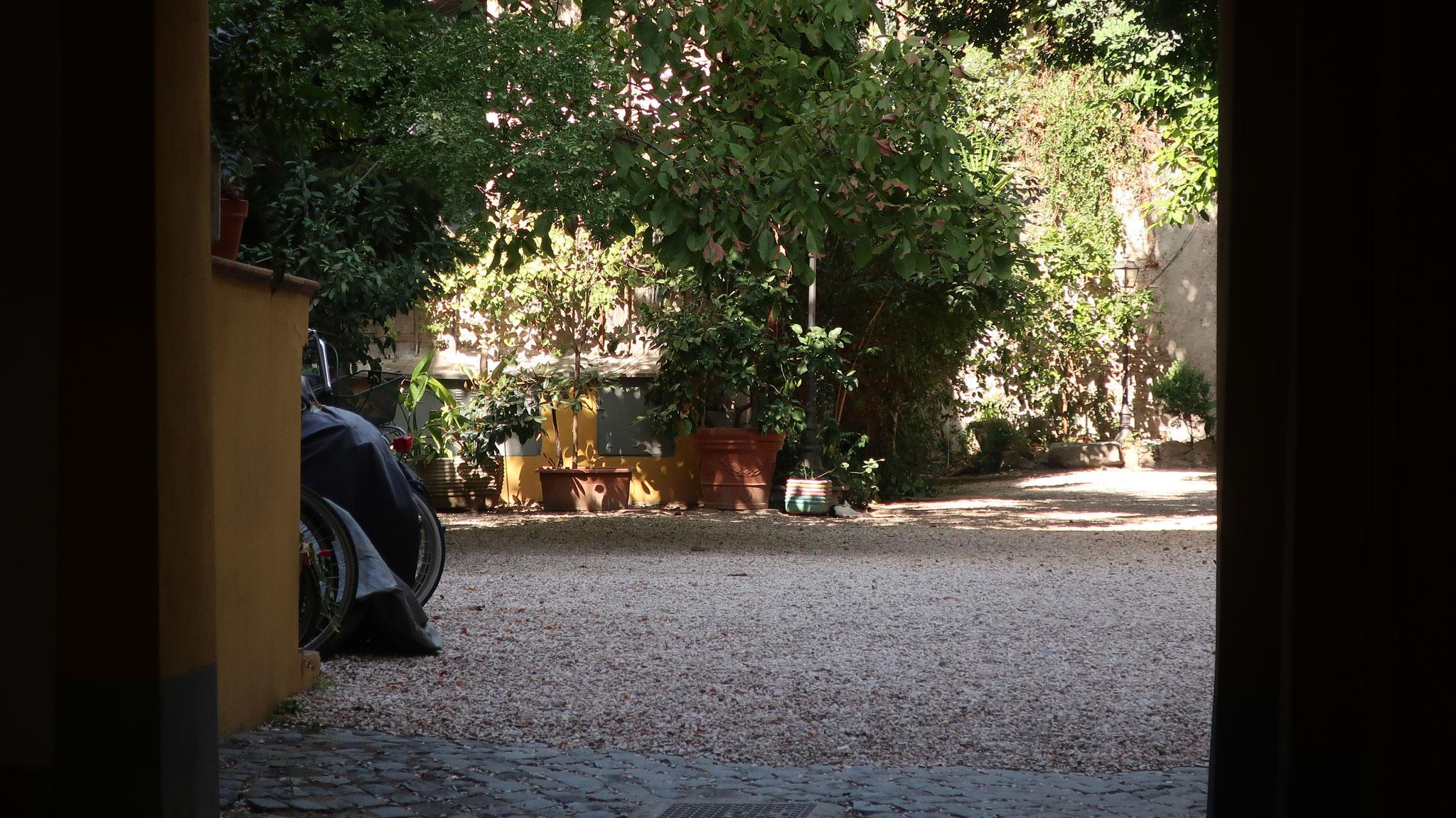 「ローマの休日」でグレゴリー・ペック扮する新聞記者ジョー・ブラッドリーが住んでいたアパートの入口。マルグッタ通り51番地。