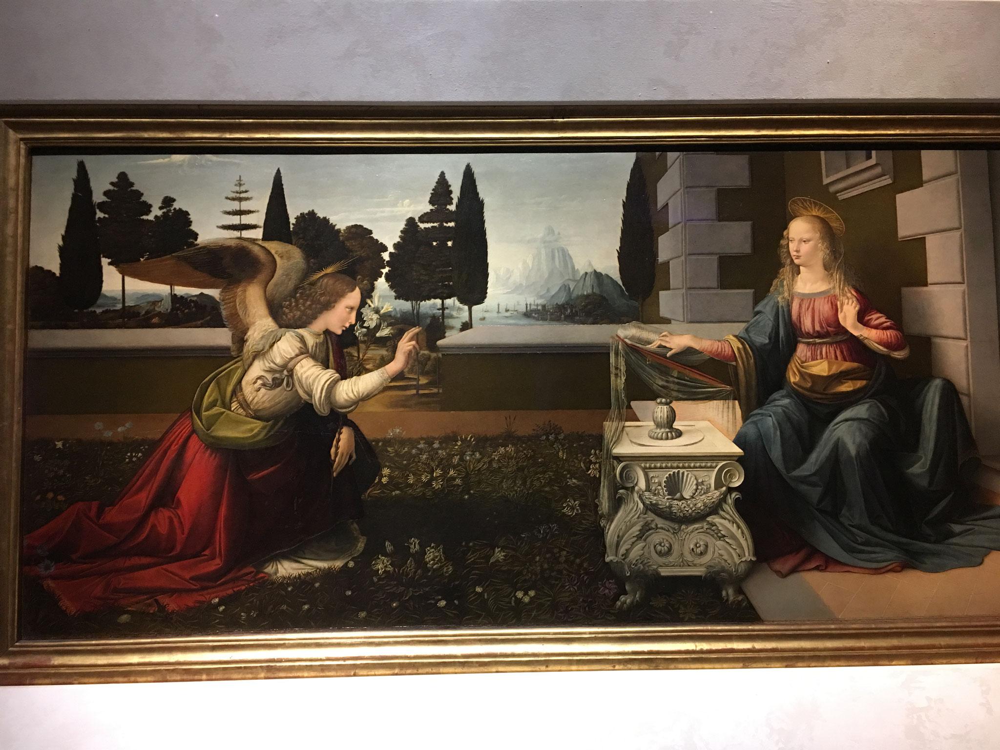 受胎告知。15世紀、レオナルド・ダ・ヴィンチ作。20才頃の最初の単独作品。すでに、スフマート(輪郭を描かない、ぼかし技法)を用いた背景や遠近法に彼の特徴が現れています。