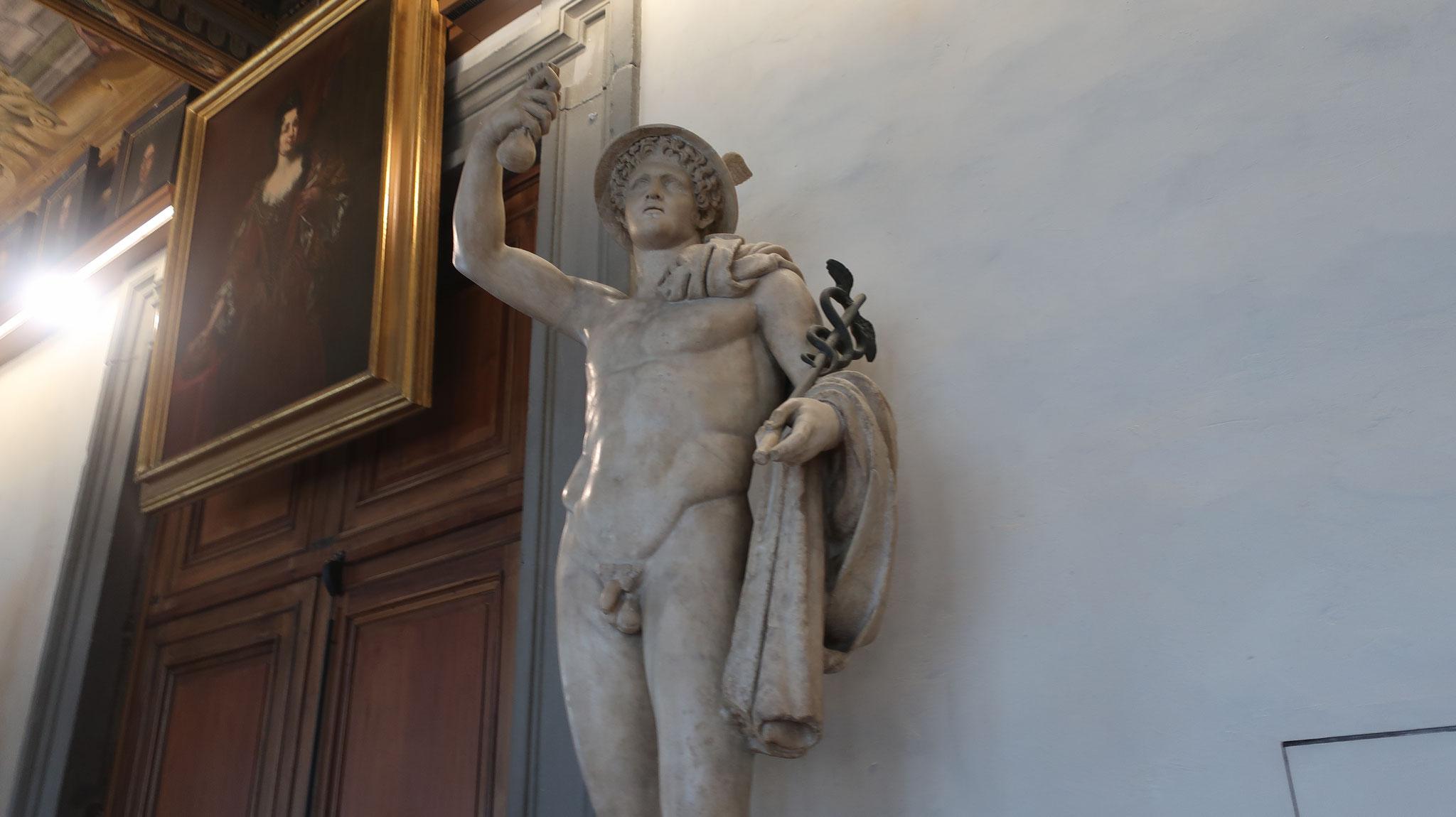 ヘルメス。ギリシャ神話に登場する青年神。オリンポス12神の一人。神々の伝令、とりわけゼウスの使いであり、商人などの守護神。羽の付いたつば広の帽子をかぶり、ヘルメスの杖(2匹の蛇が巻きついた短い杖)を持ち、翼の付いた靴を履く。
